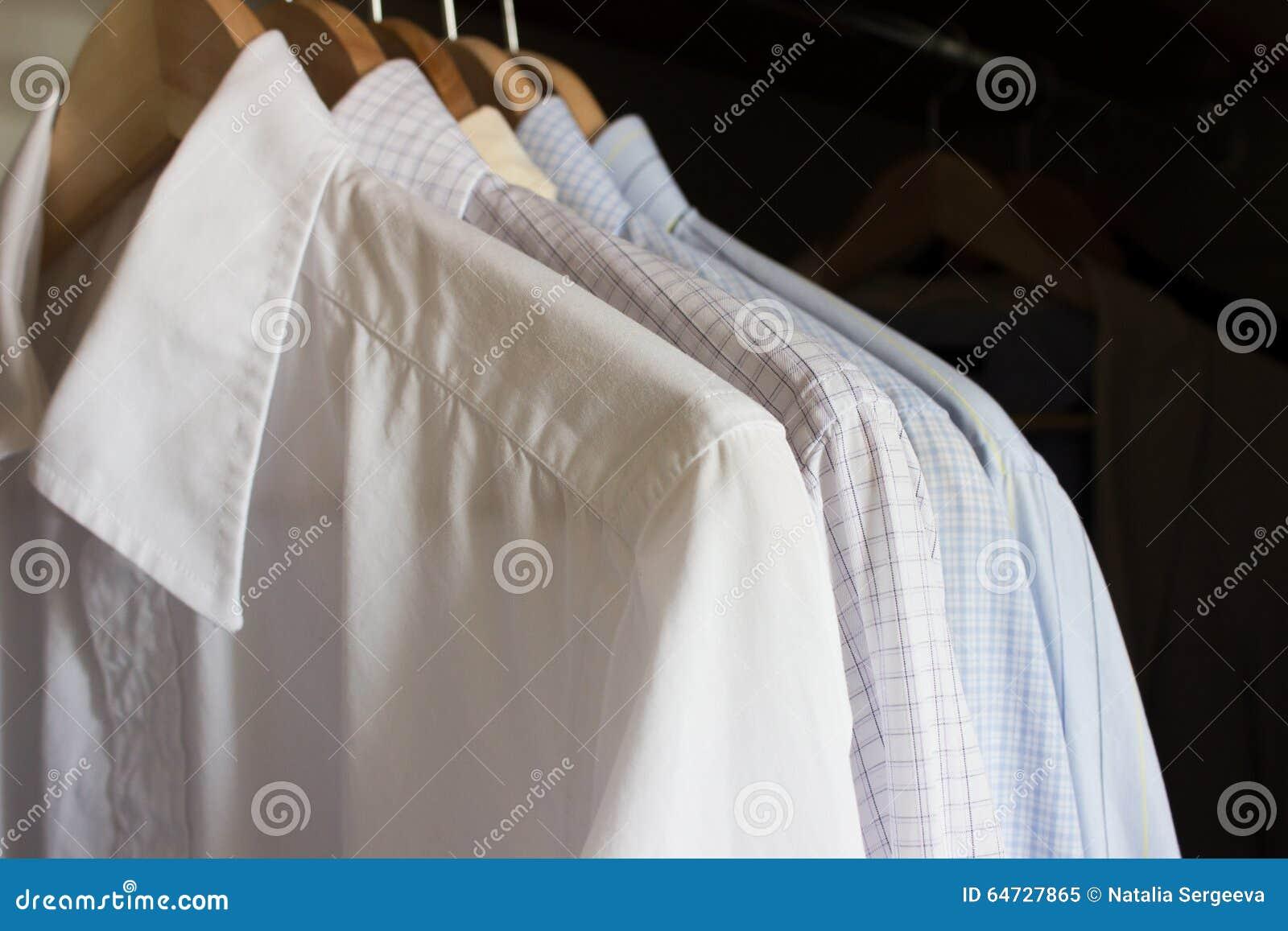 Camice in un guardaroba
