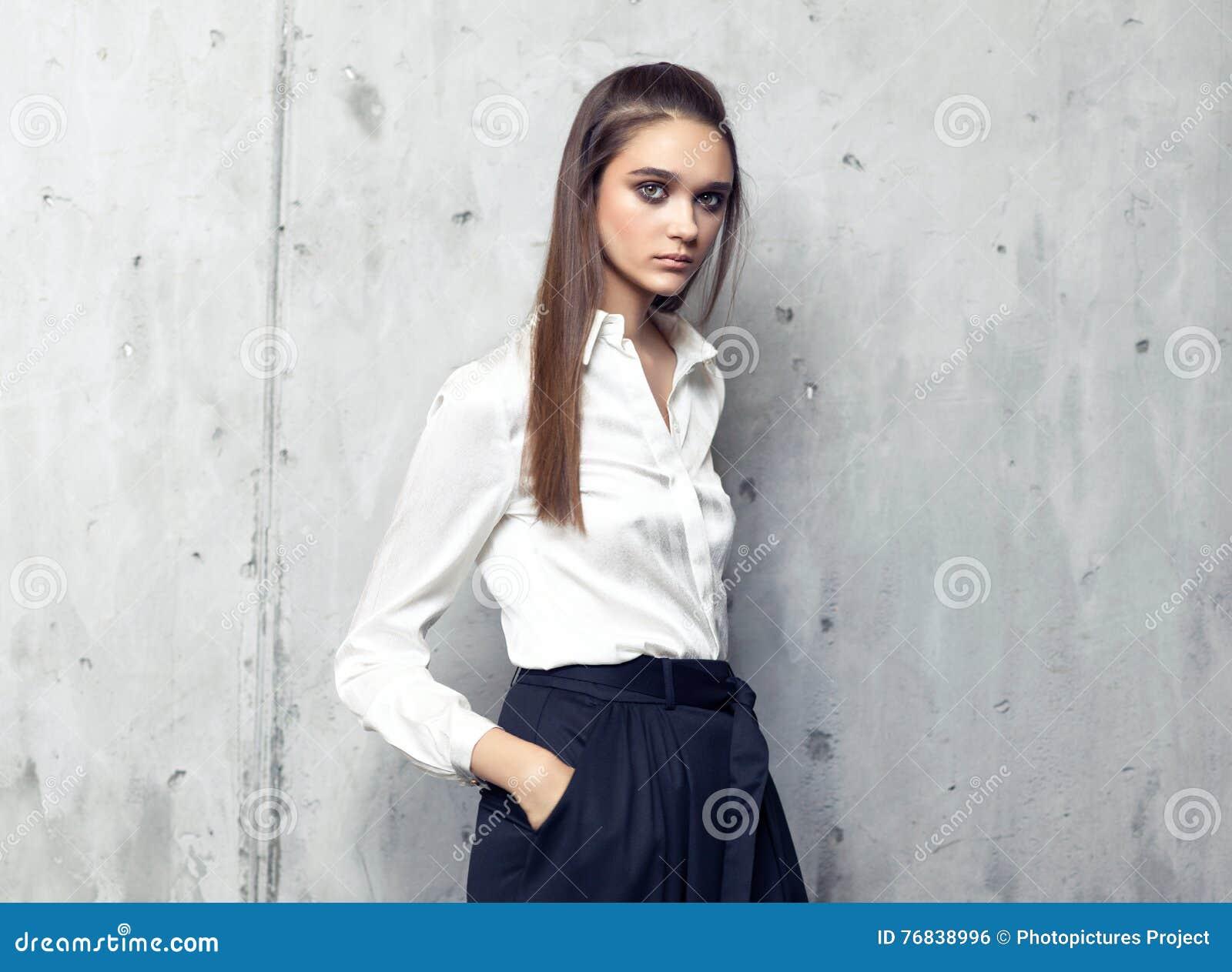 nuovo prodotto 3febd a91a1 Camicia Bianca D'uso Del Modello Di Moda E Gonna Nera Lunga ...
