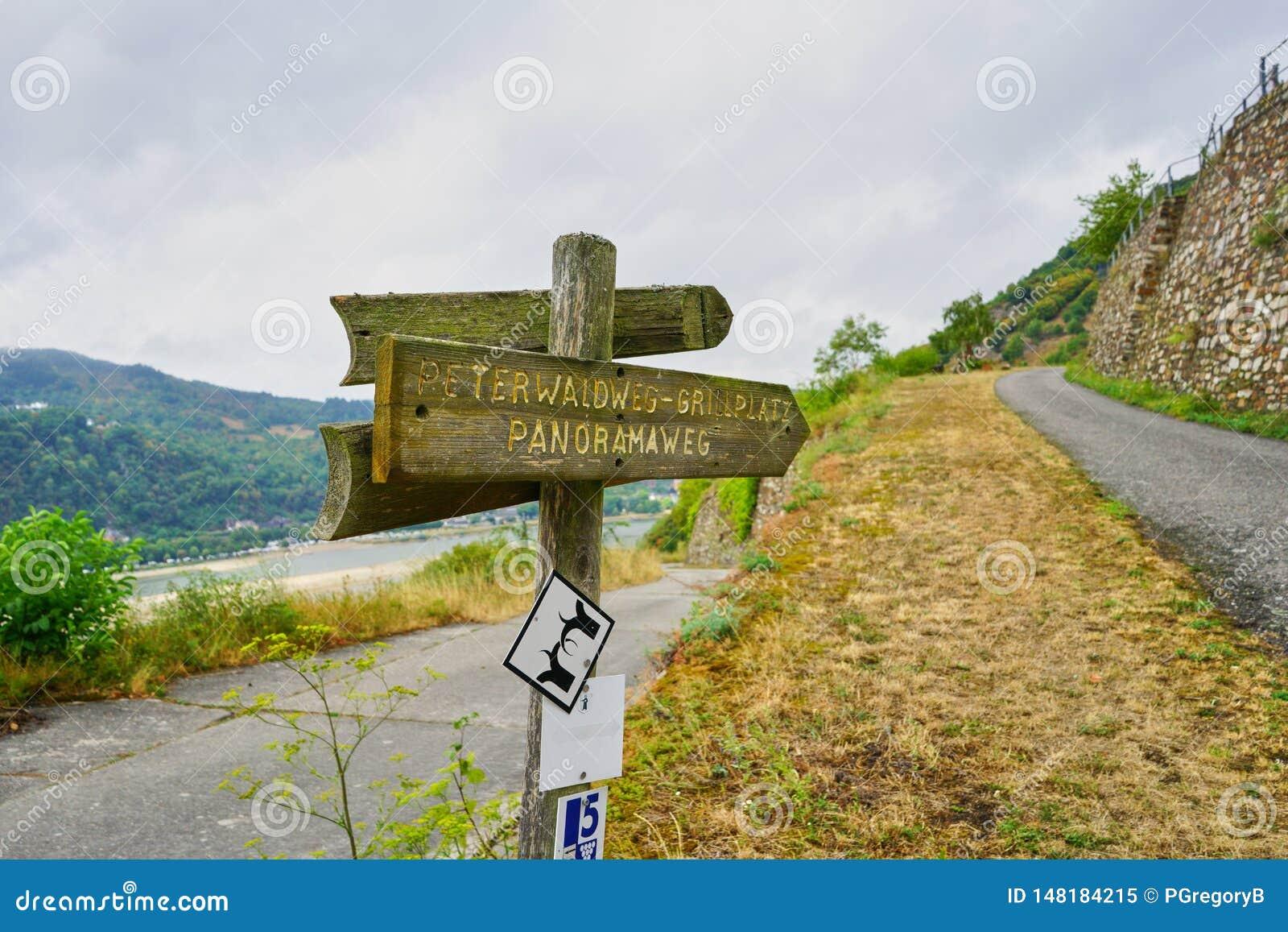 Caminando el poste de la trayectoria y de muestra en la pista de senderismo del río Rhine o el 'Rheinsteig '
