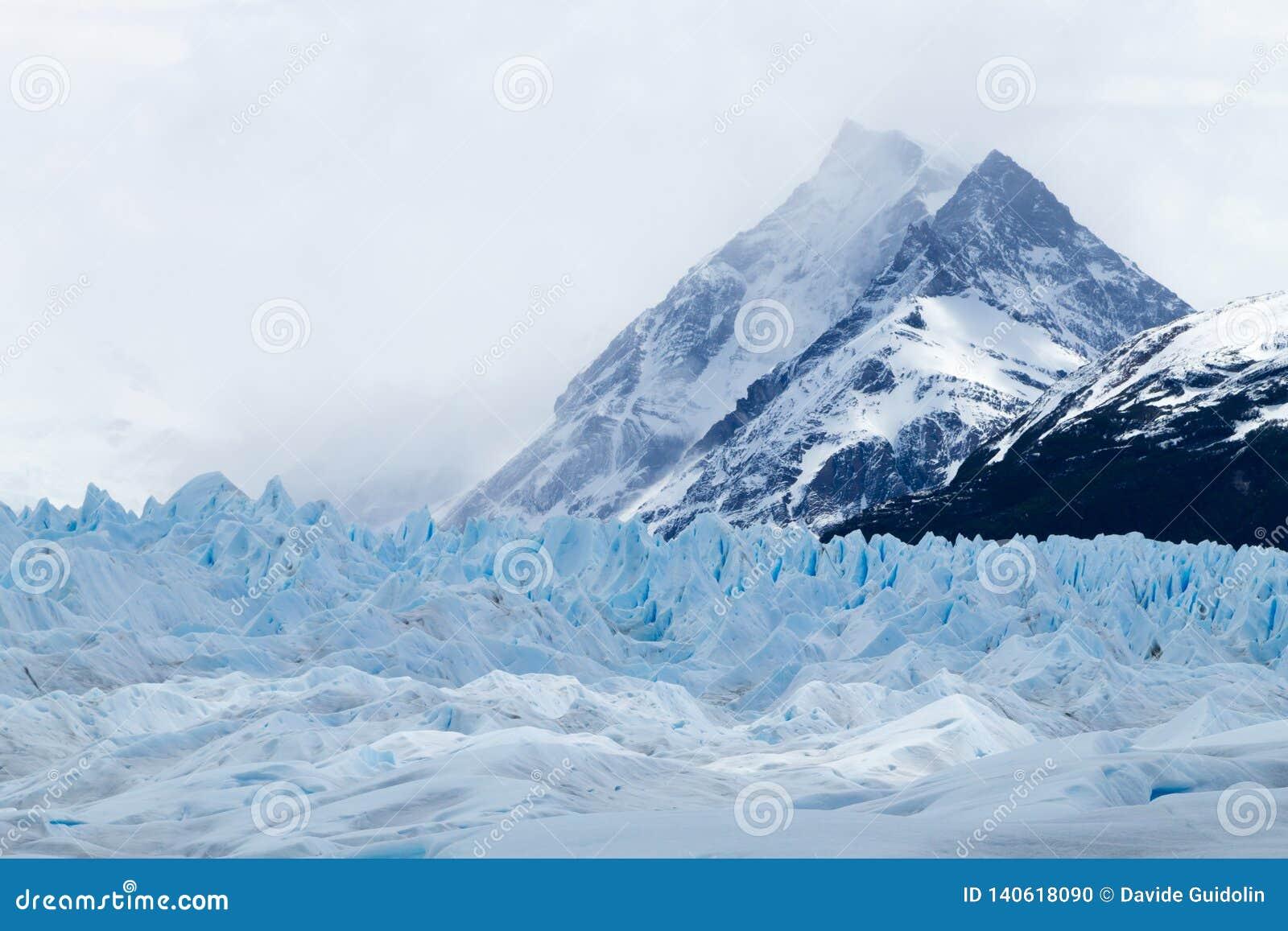 Caminando en Patagonia del glaciar de Perito Moreno, la Argentina