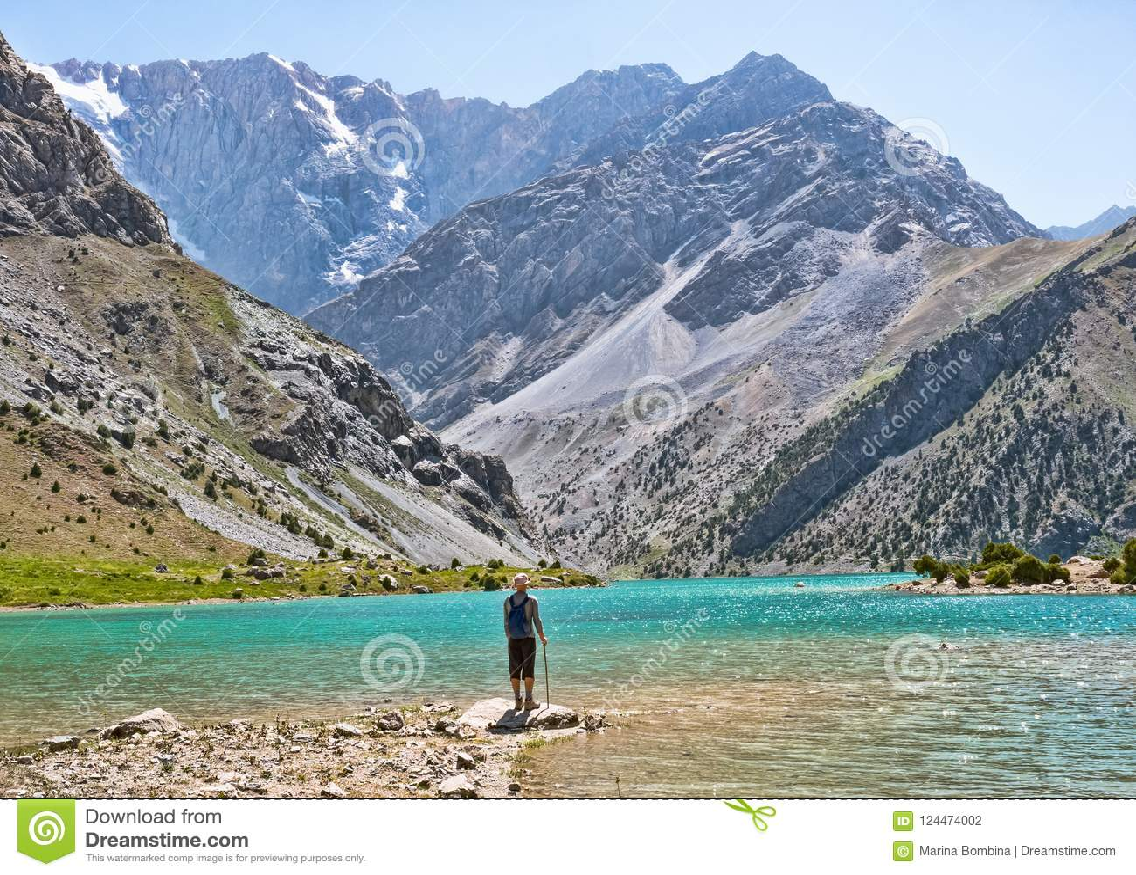 Caminante con la mochila cerca del lago Kulikalon en la montaña rocosa
