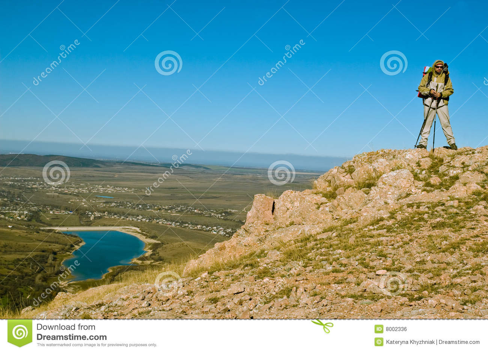 Caminante en cumbre de la montaña