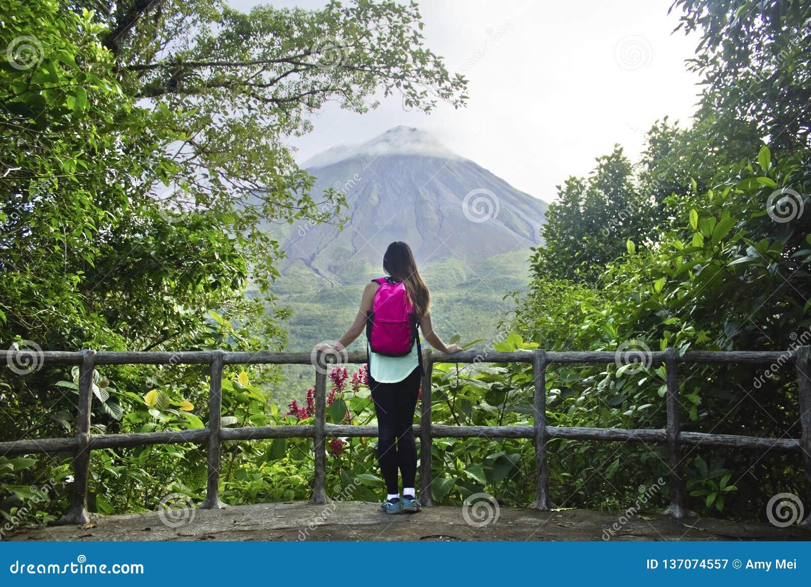 Caminante en el volcán de Arenal, Costa Rica