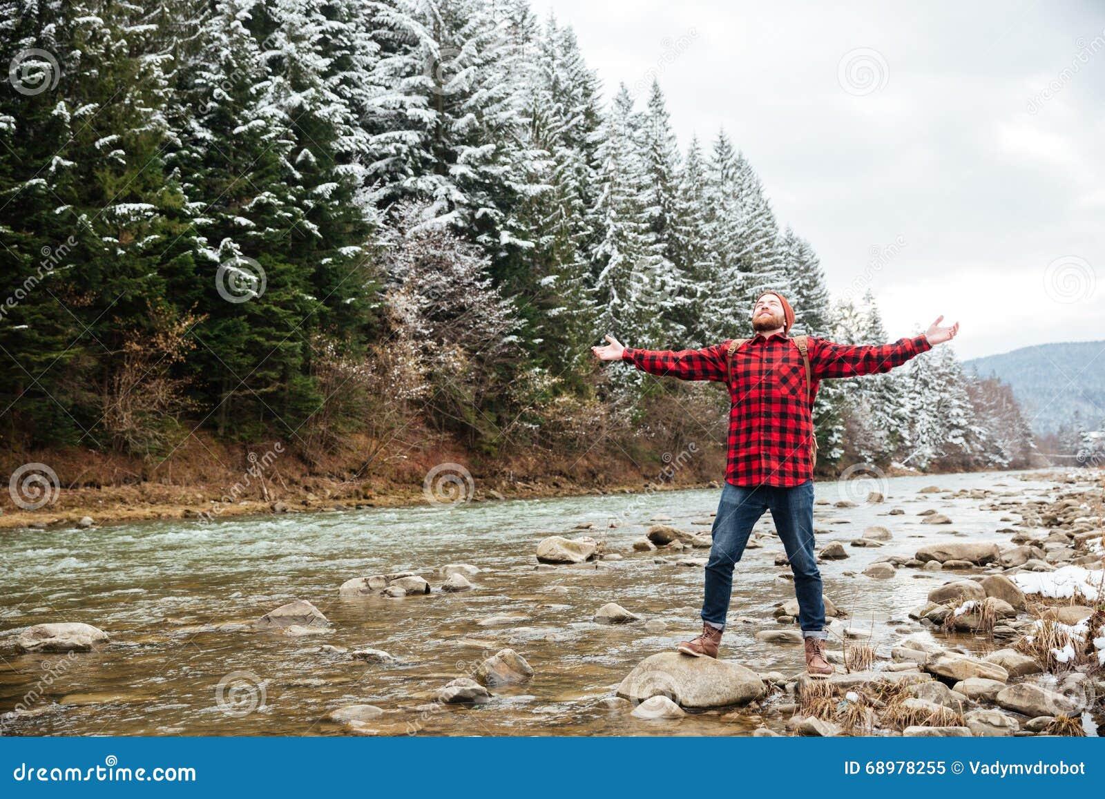 Caminante masculino que se divierte en el río