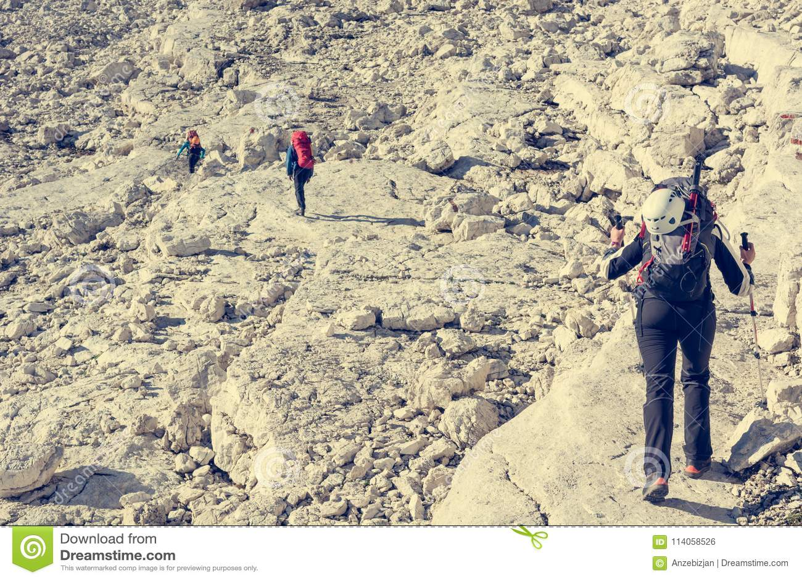 Caminante que aborda un camino rocoso