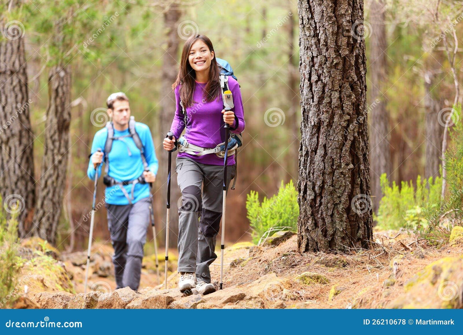 Caminantes en bosque