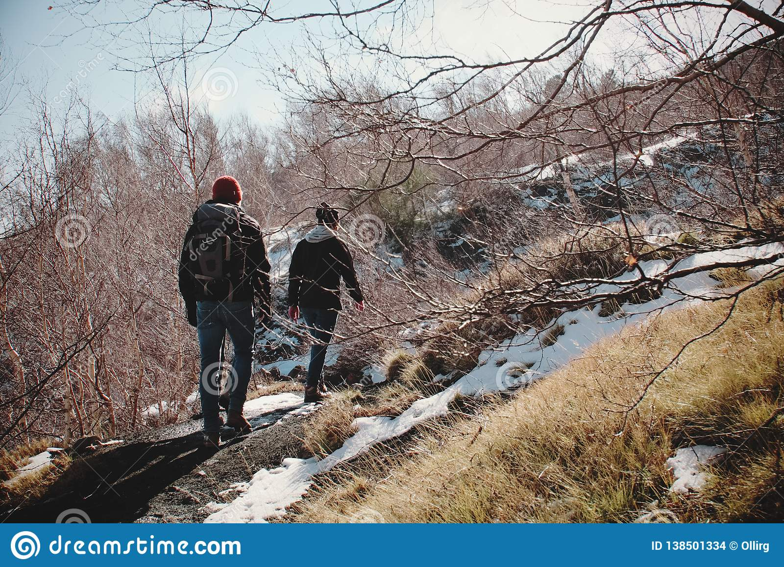 Caminantes que caminan en invierno