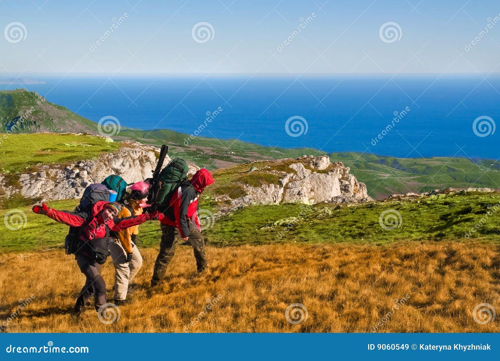 Caminantes que suben la montaña