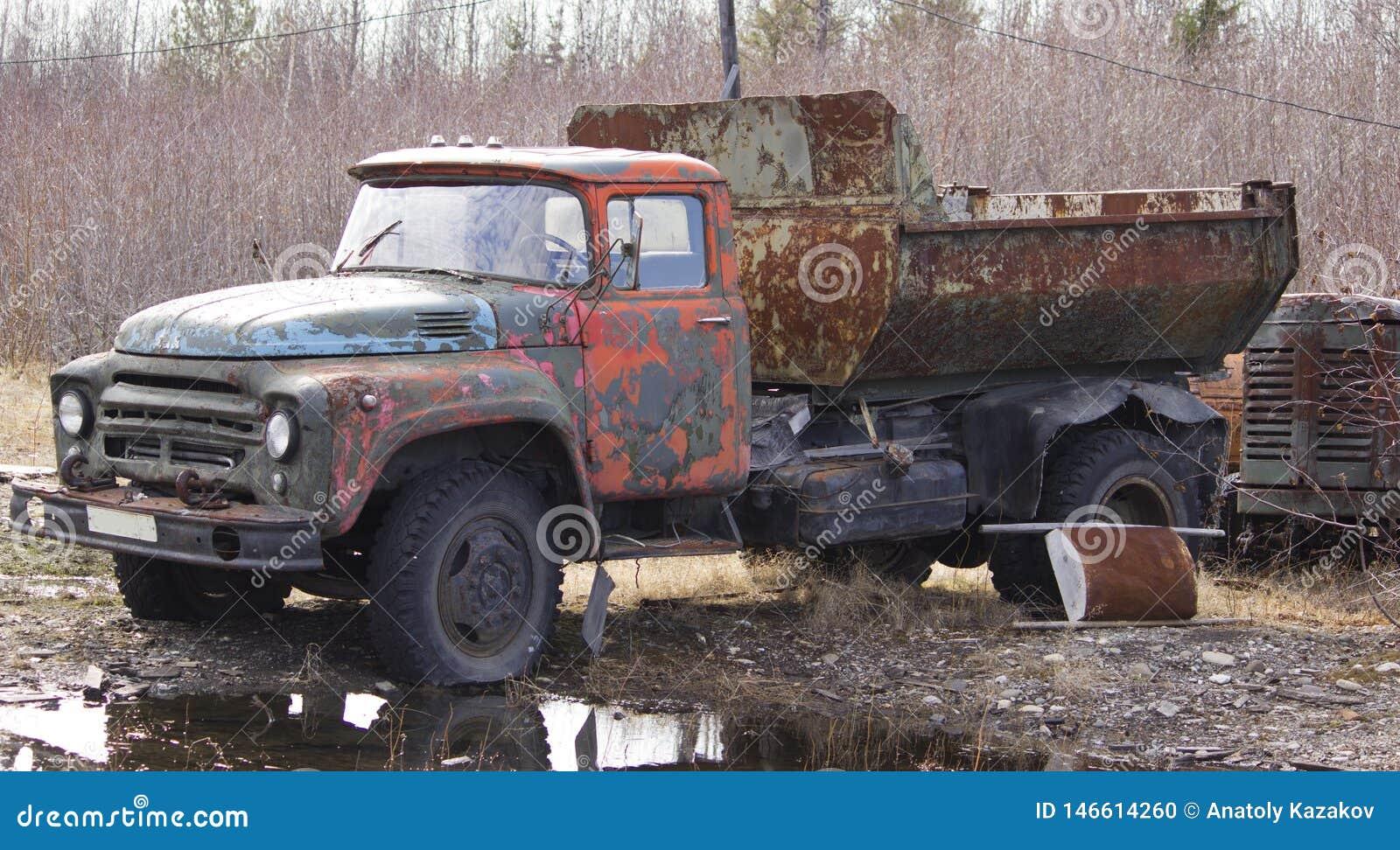 Caminhão basculante soviético oxidado velho