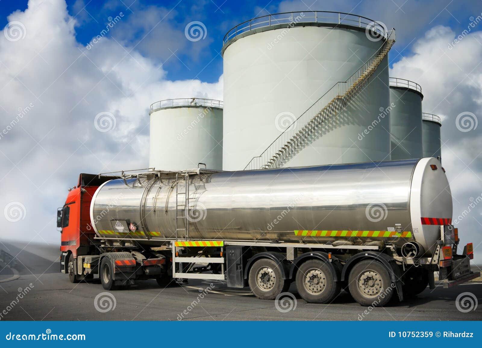 Caminhão com depósito de gasolina
