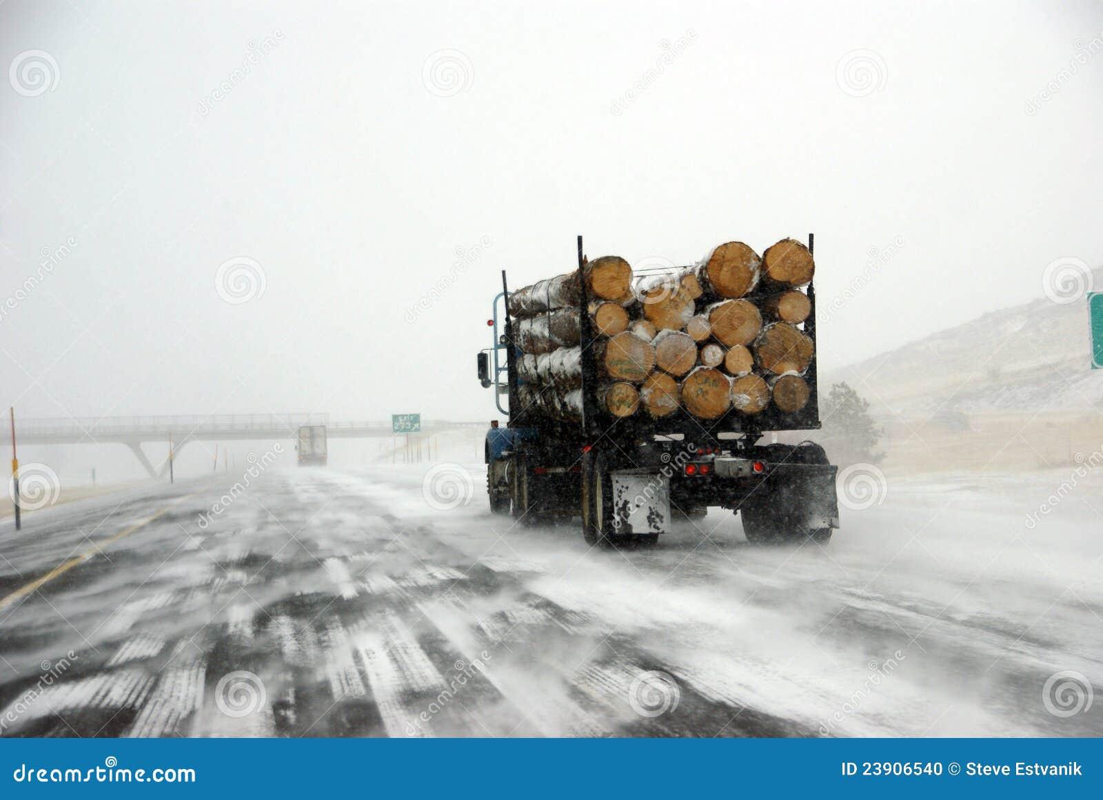 Caminhão de registo na estrada gelada