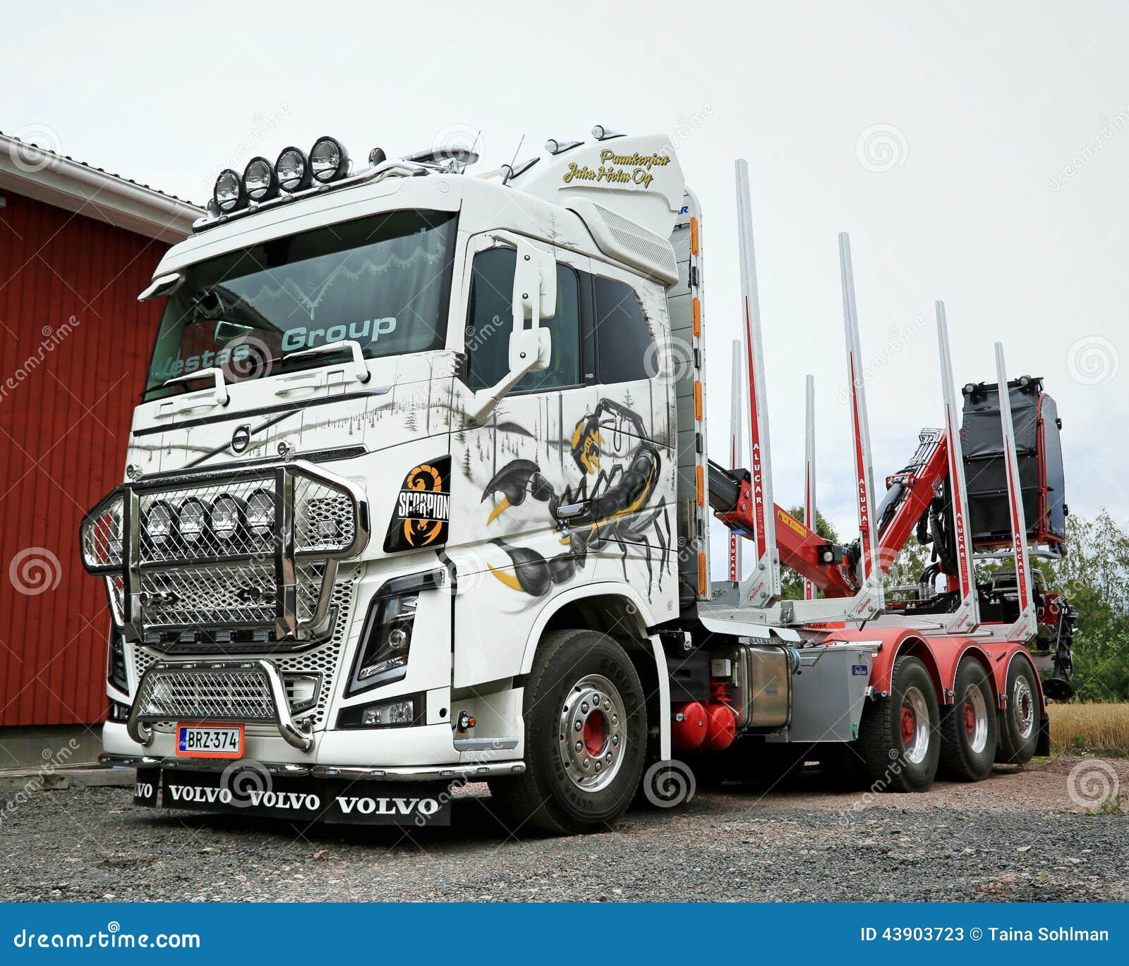 Caminhão de registro de Volvo FH16 com escorpião de Ponsse