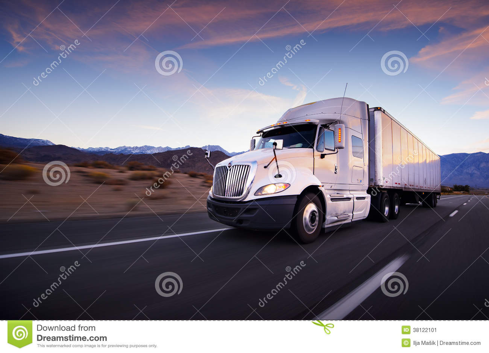 Caminhão e estrada no por do sol - fundo do transporte