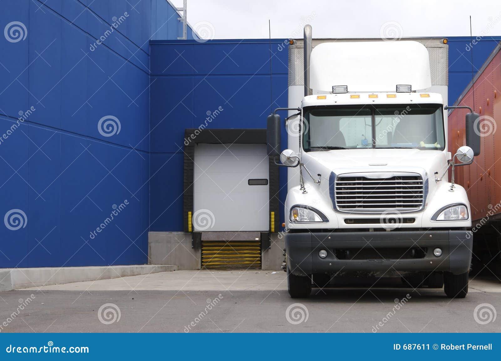 Caminhão na doca de carregamento