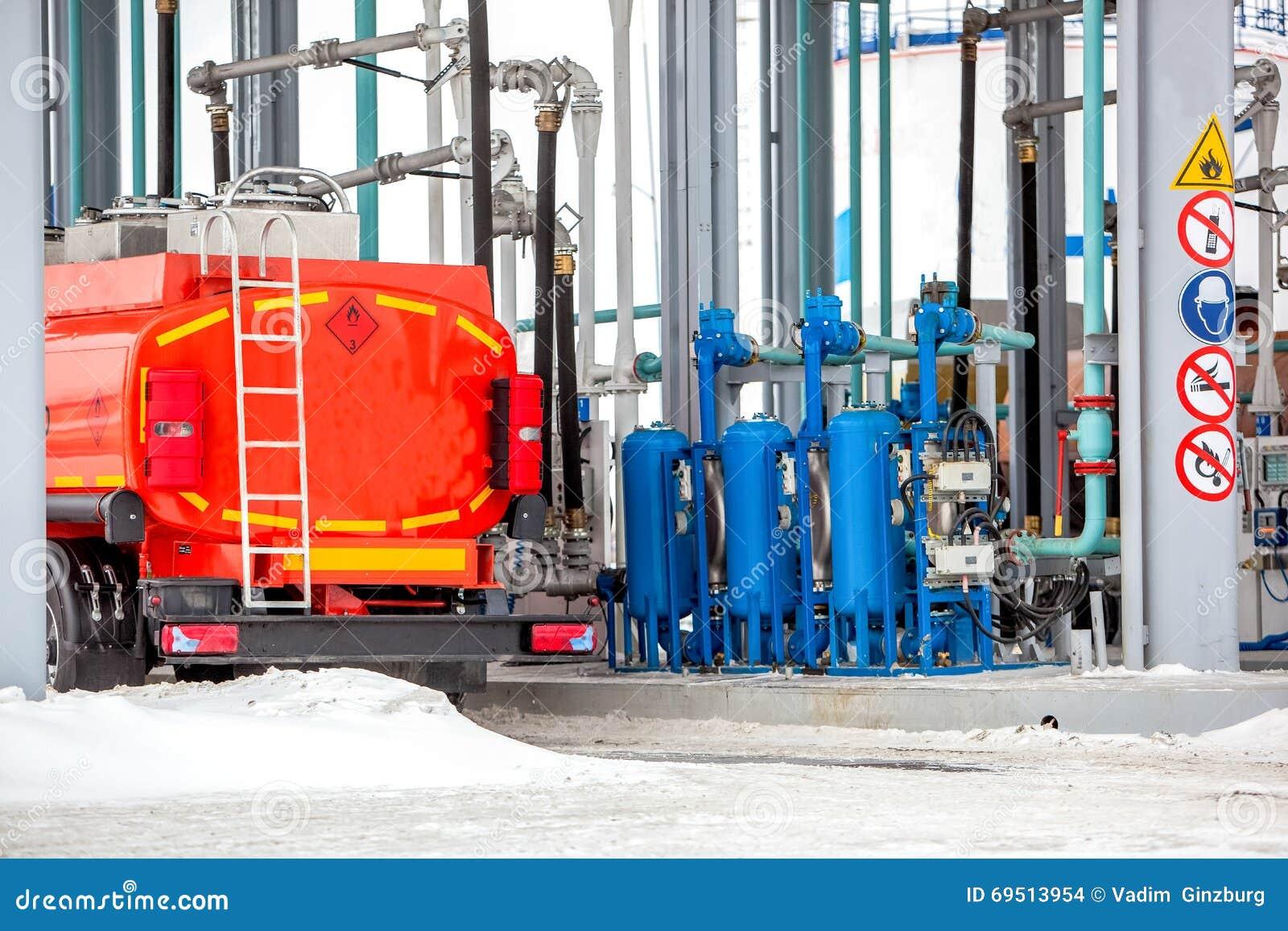 Caminhão no posto de gasolina na fábrica da refinaria de petróleo