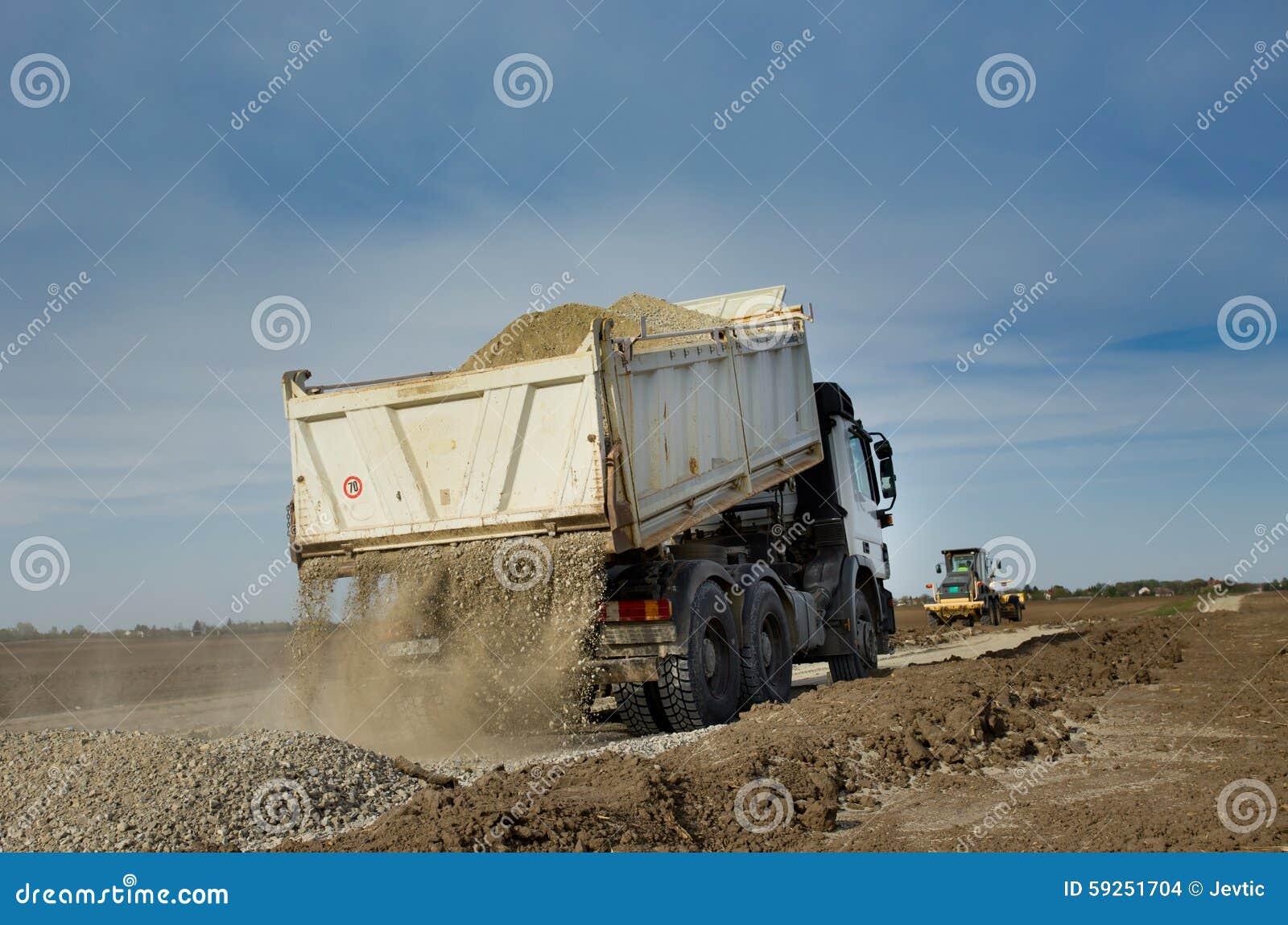 Caminhão que derruba o cascalho