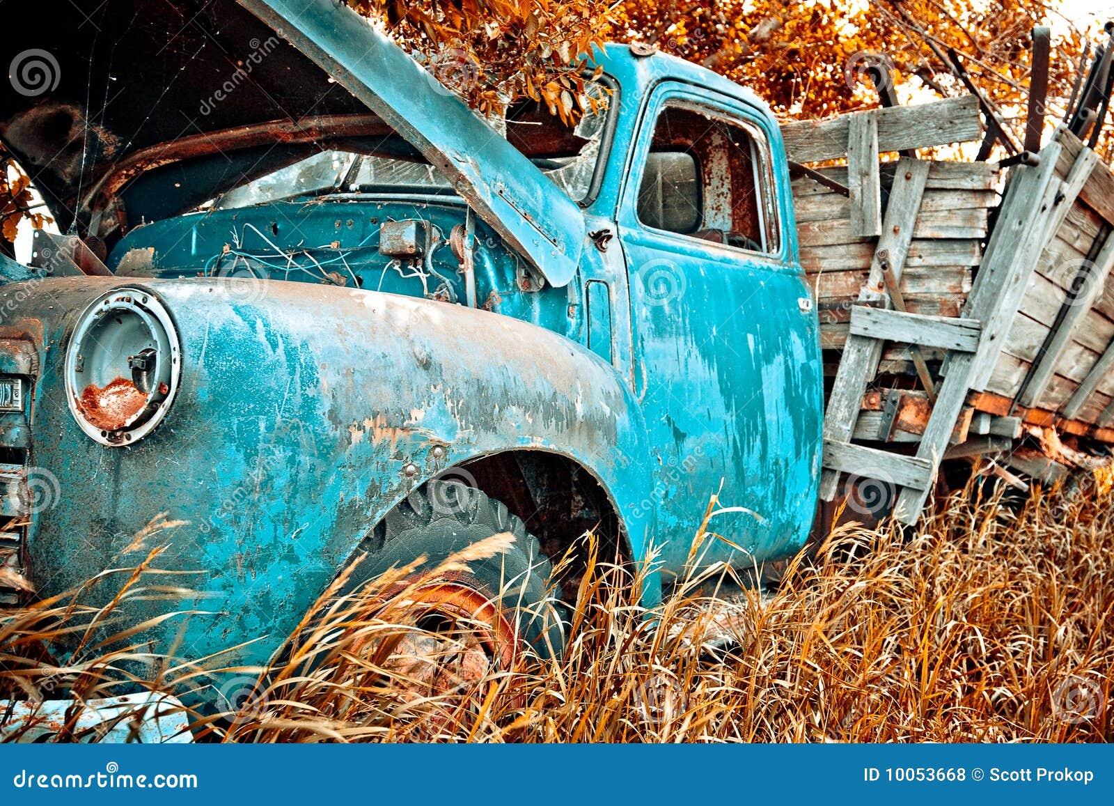 Caminhão velho da exploração agrícola