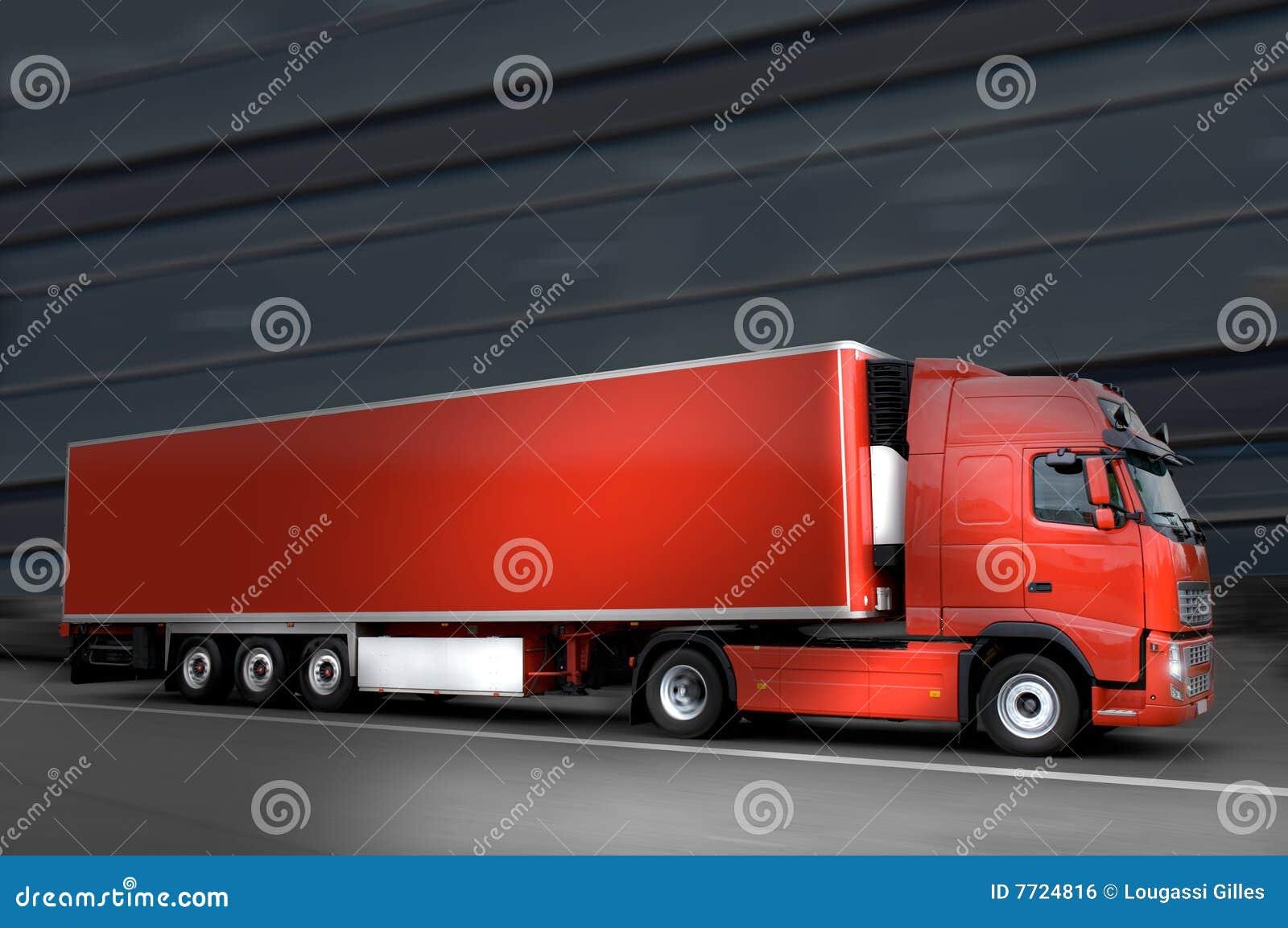 Caminhão vermelho no asfalto