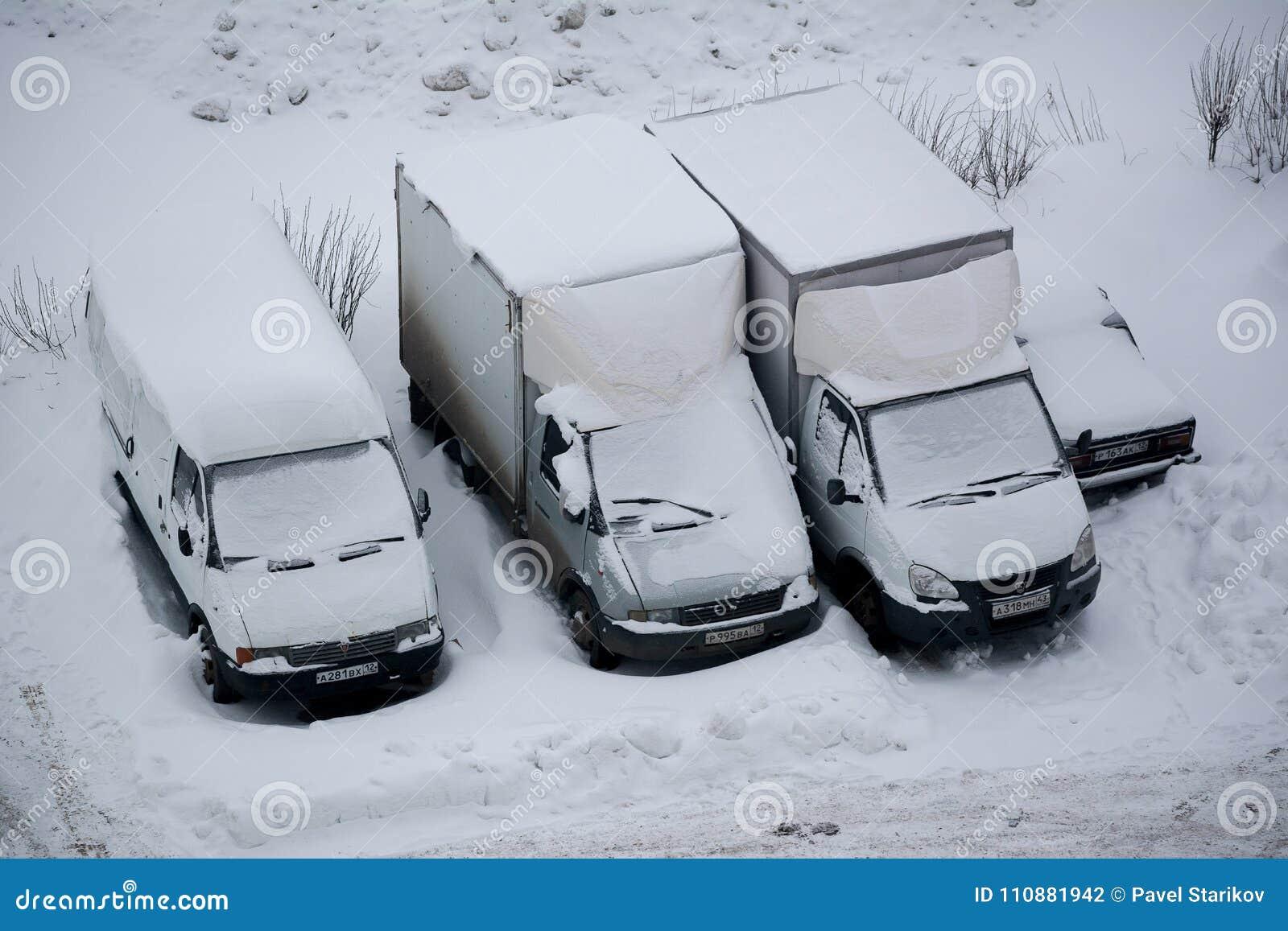 Caminhões cobertos com a neve
