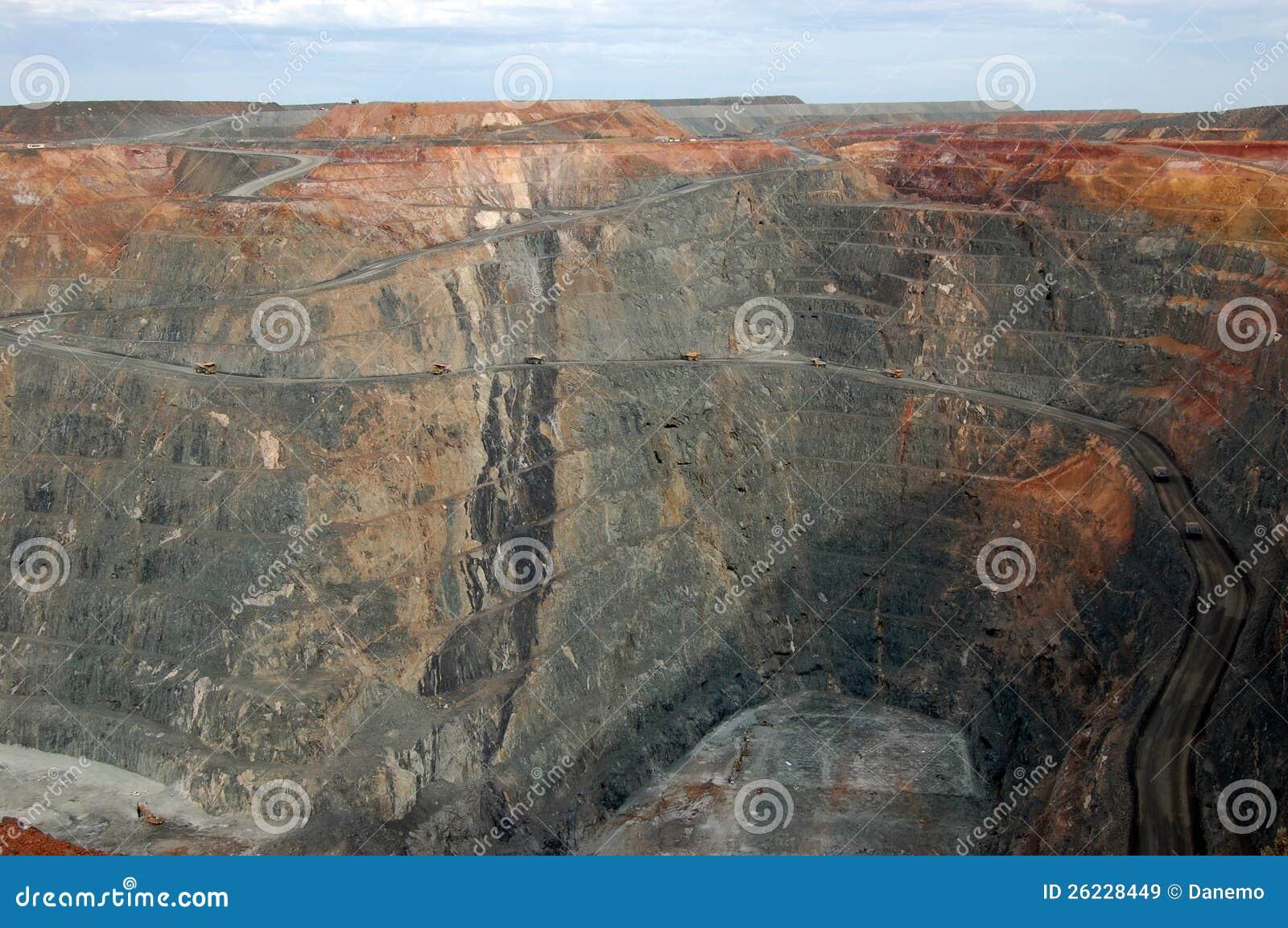 Caminhões na mina de ouro super Austrália do poço
