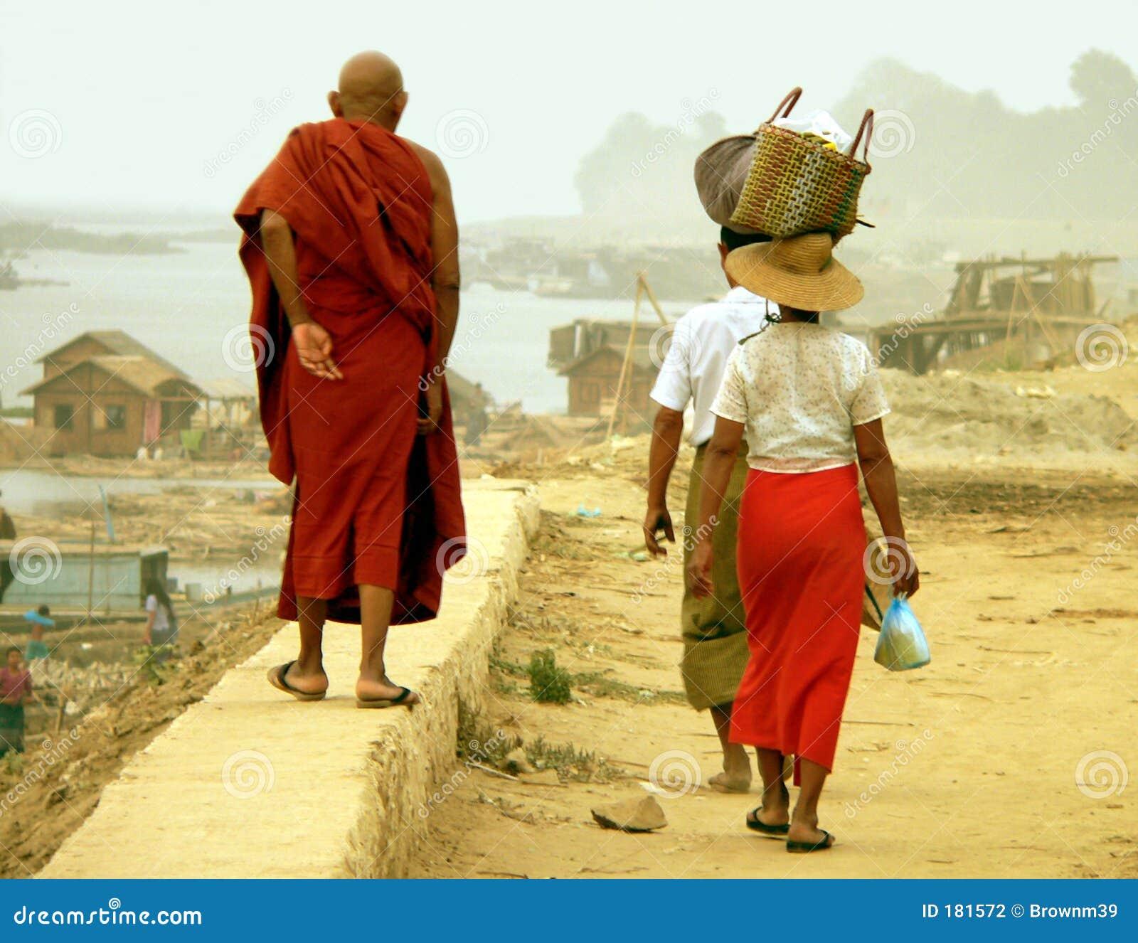 Caminhada da parede de Irrawaddy, Estrada-à-Mandalay, Myanmar (Burma)