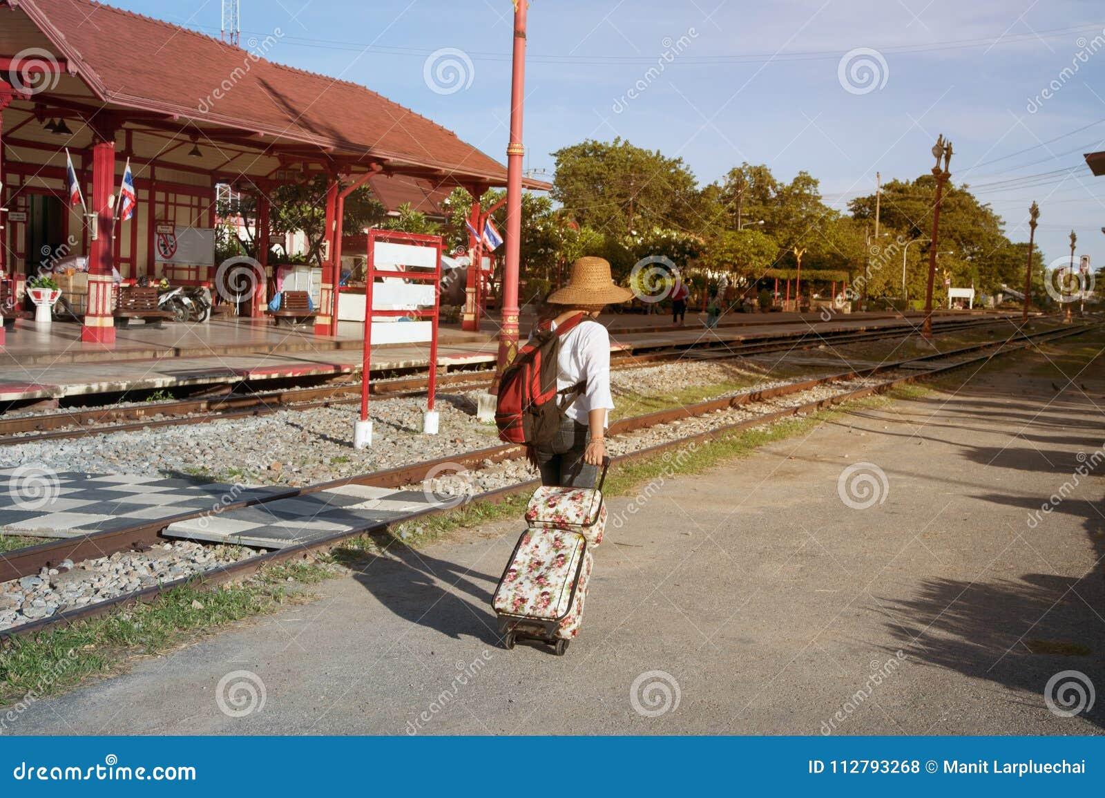 Caminhada do mochileiro do viajante das mulheres e arrasto asiáticos bonitos, bagagem da gota