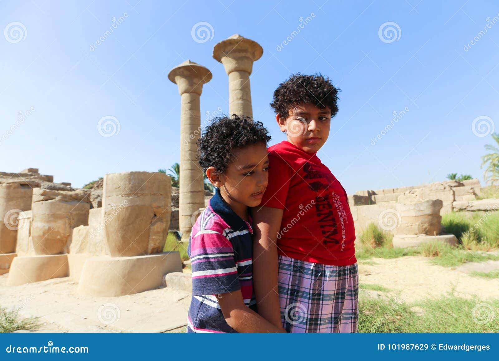 Caminhada do turista das crianças no templo Luxor de Karnak