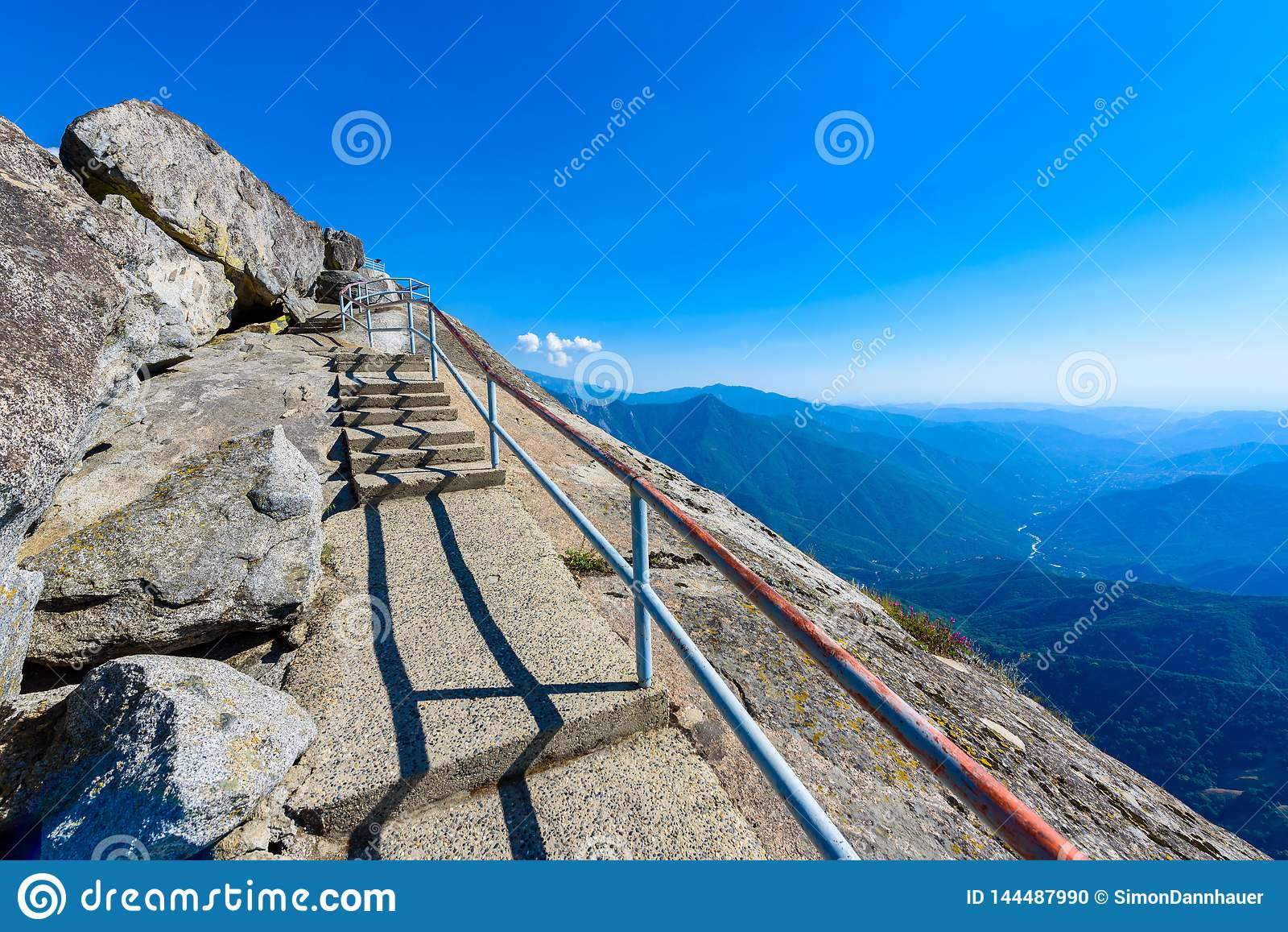 Caminhada em Moro Rock Staircase para a parte superior da montanha, forma??o de rocha da ab?bada do granito no parque nacional de