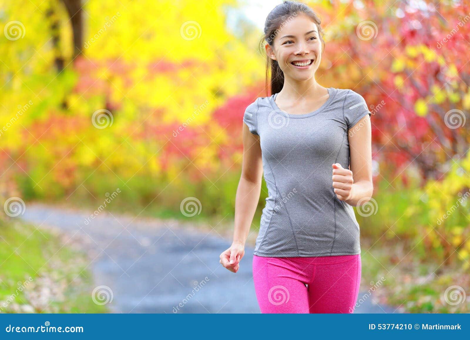 Caminhada nórdica de passeio da velocidade do poder da mulher e movimentar-se
