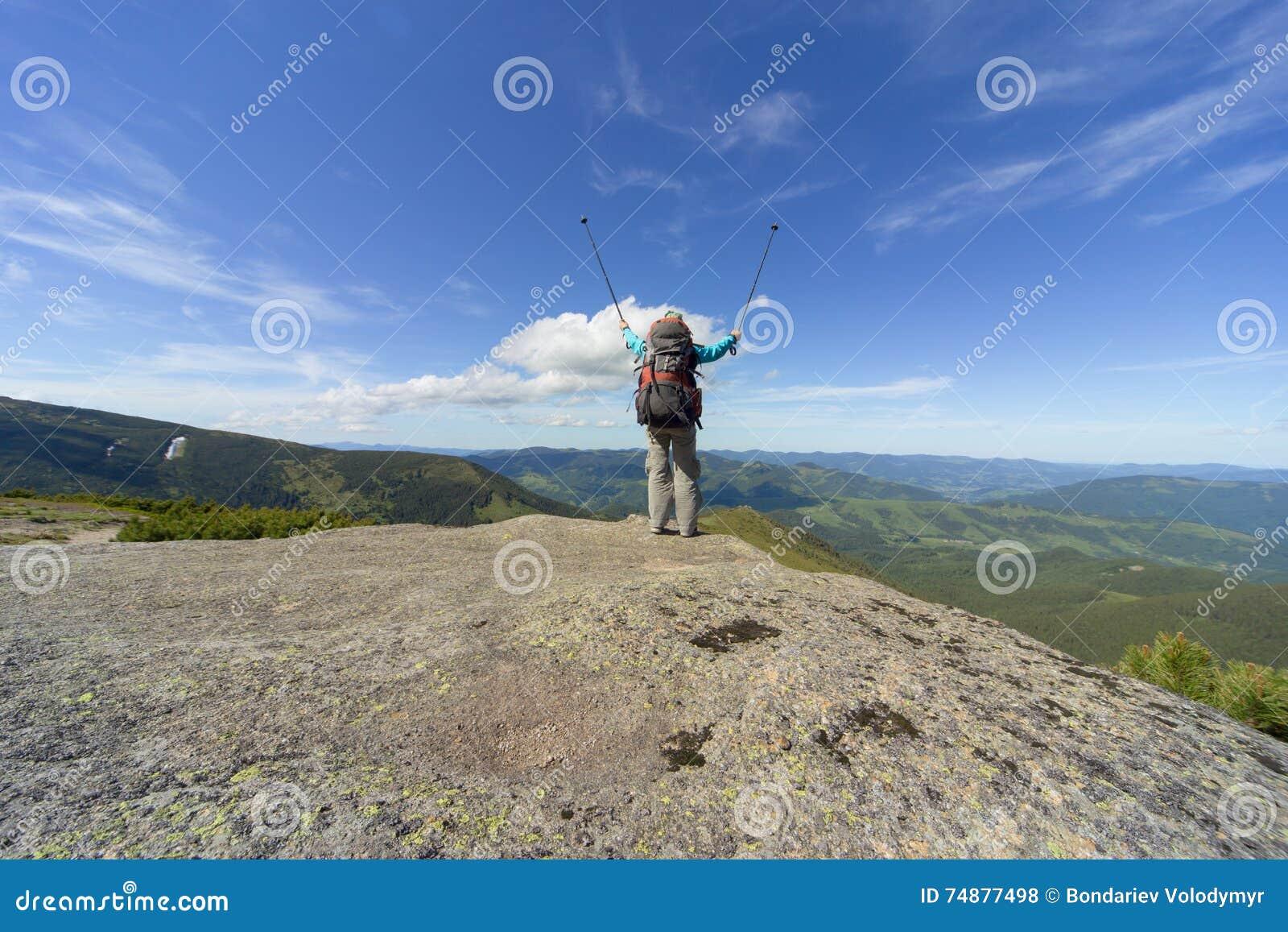 Caminhada nas montanhas no verão em um dia ensolarado