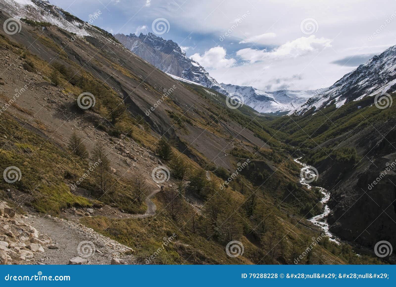 Caminhando através da passagem de montanha para acampar Chileno, torres del Paine
