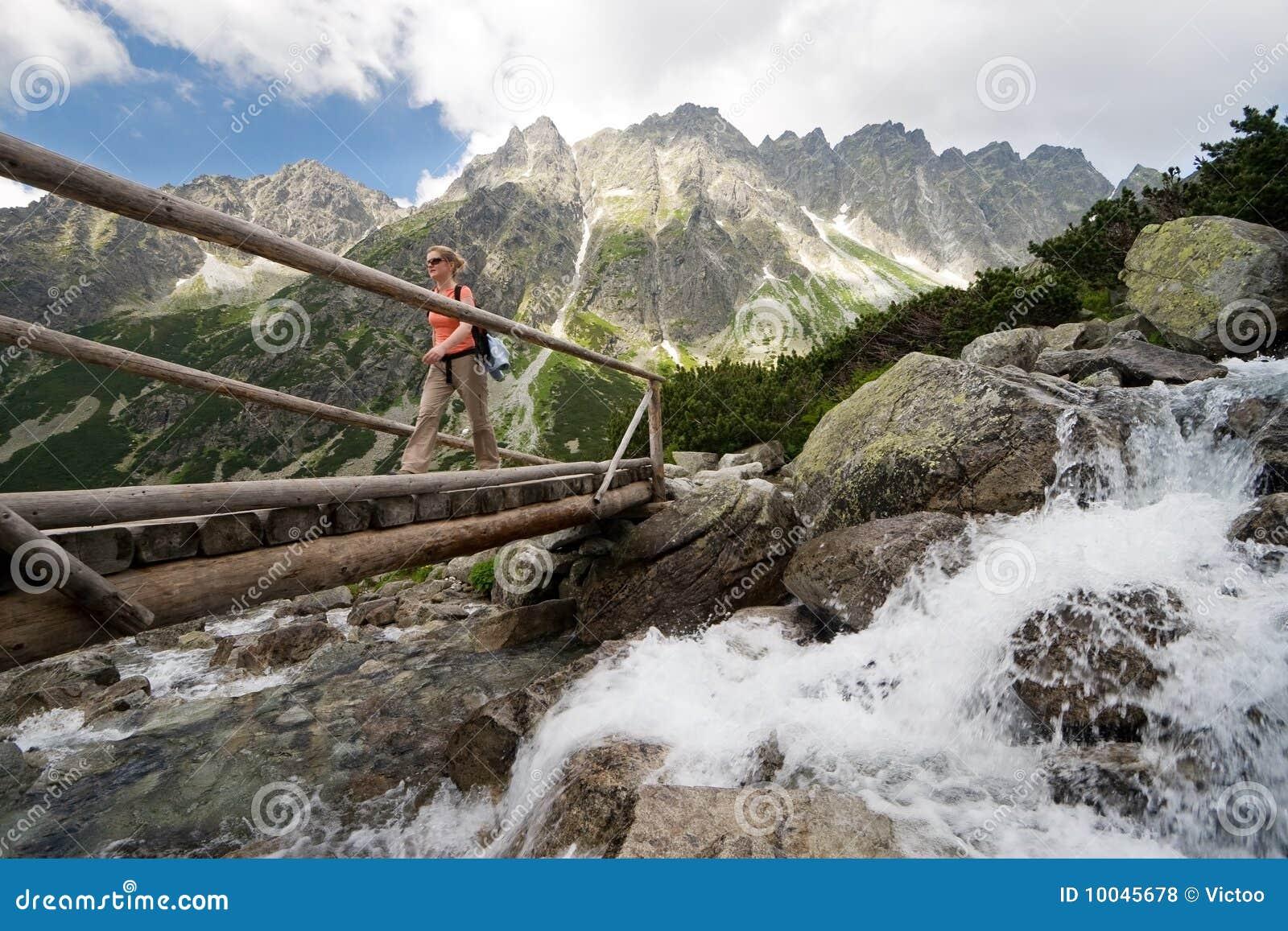 Caminhando em montanhas de Tatra, Slovakia