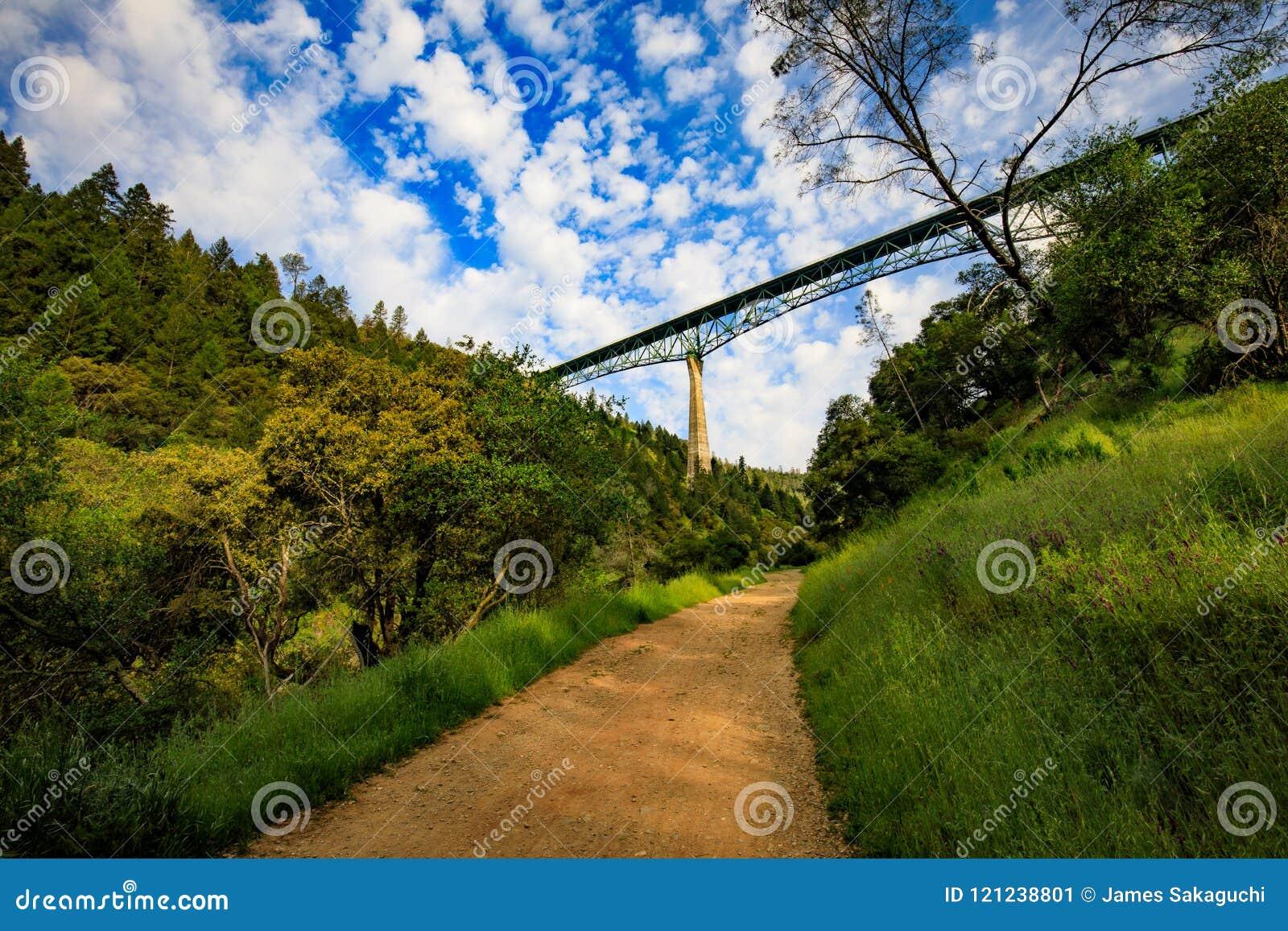 Caminhando sob a ponte de Foresthill em Califórnia castanha-aloirada, a ponte quarto-a mais alta nos EUA e suportes sobre o rio a