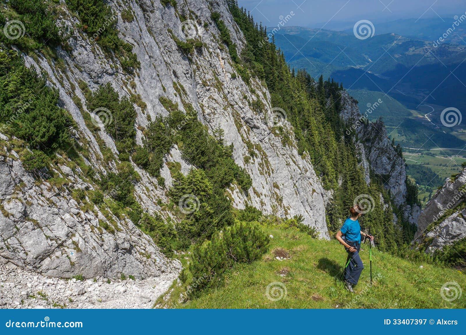 Caminhante da jovem mulher que trekking em Piatra Craiului