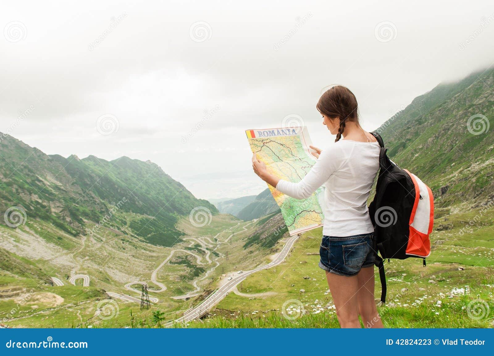 Caminhante da jovem senhora que guarda o mapa