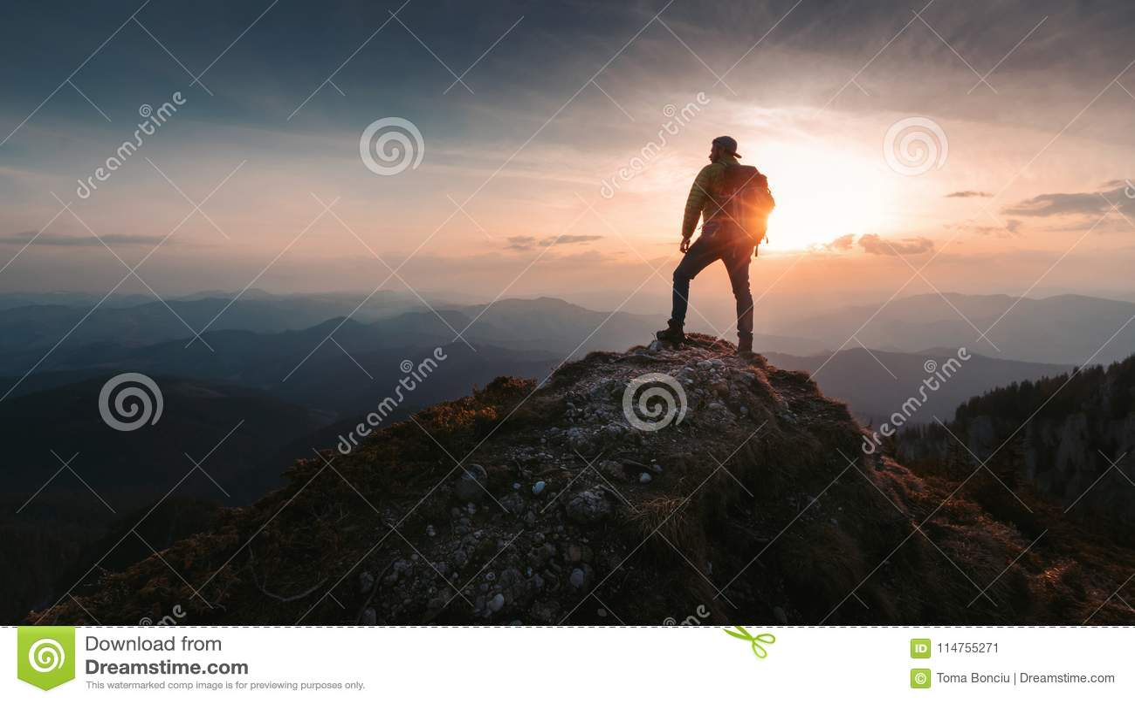 Caminhante do homem do turista sobre a montanha Conceito ativo da vida