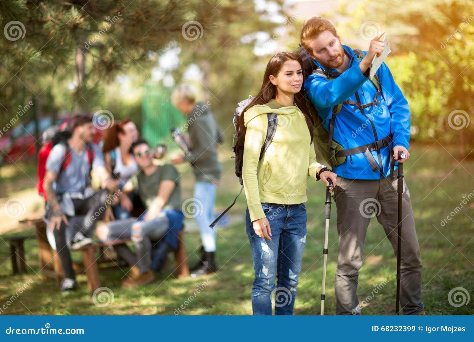 Caminhante masculino e fêmea na madeira