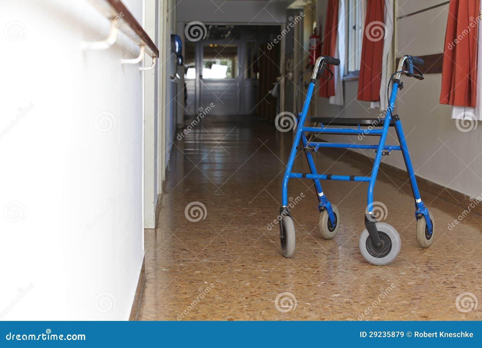 Download Caminhante No Assoalho De Um Hospital Imagem de Stock - Imagem de corredor, home: 29235879