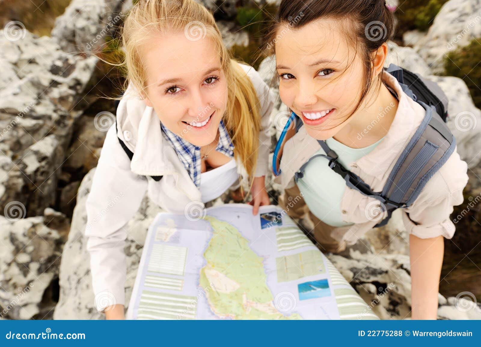 Caminhantes despreocupados com um mapa