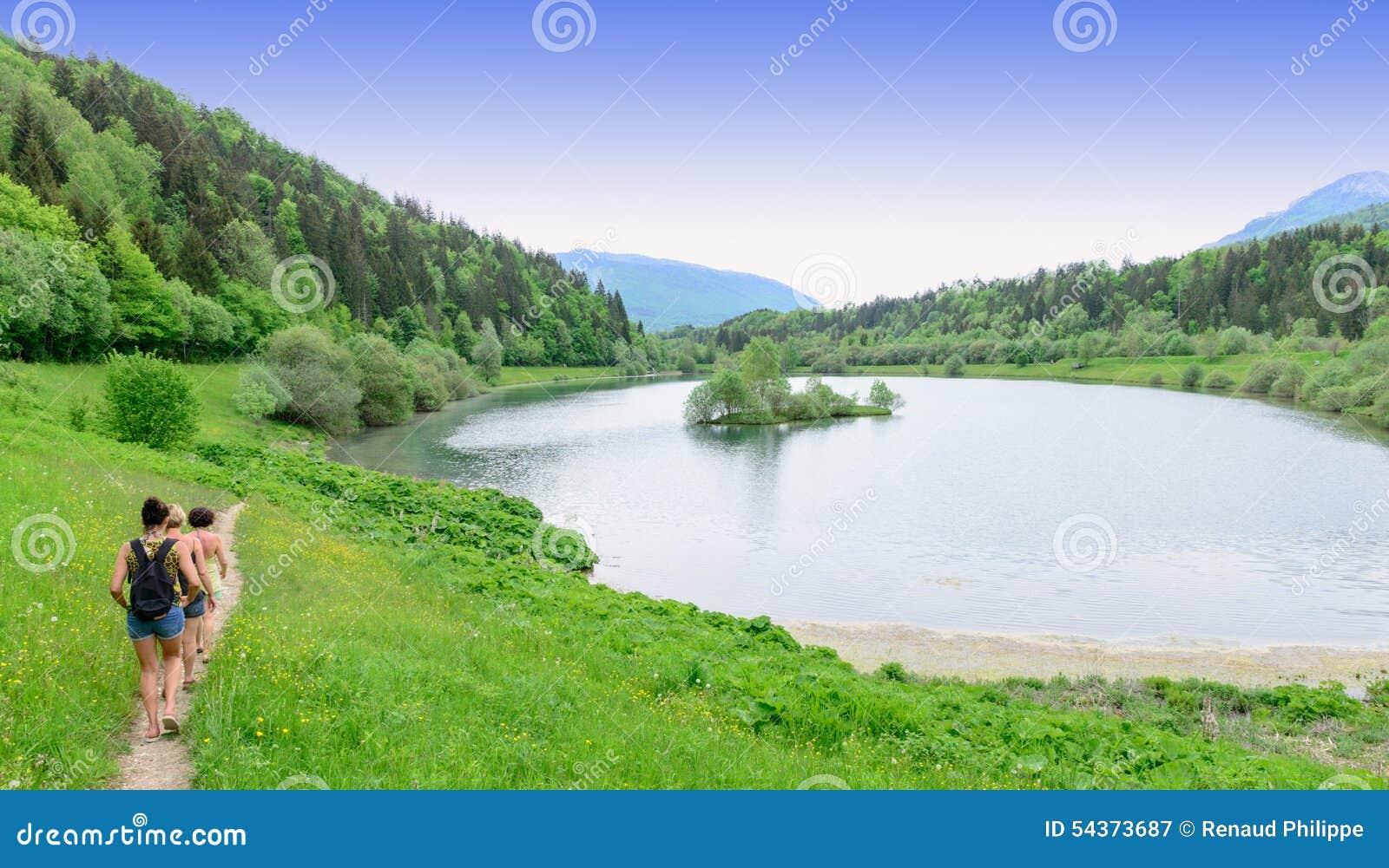 Caminhantes nas bordas do lago