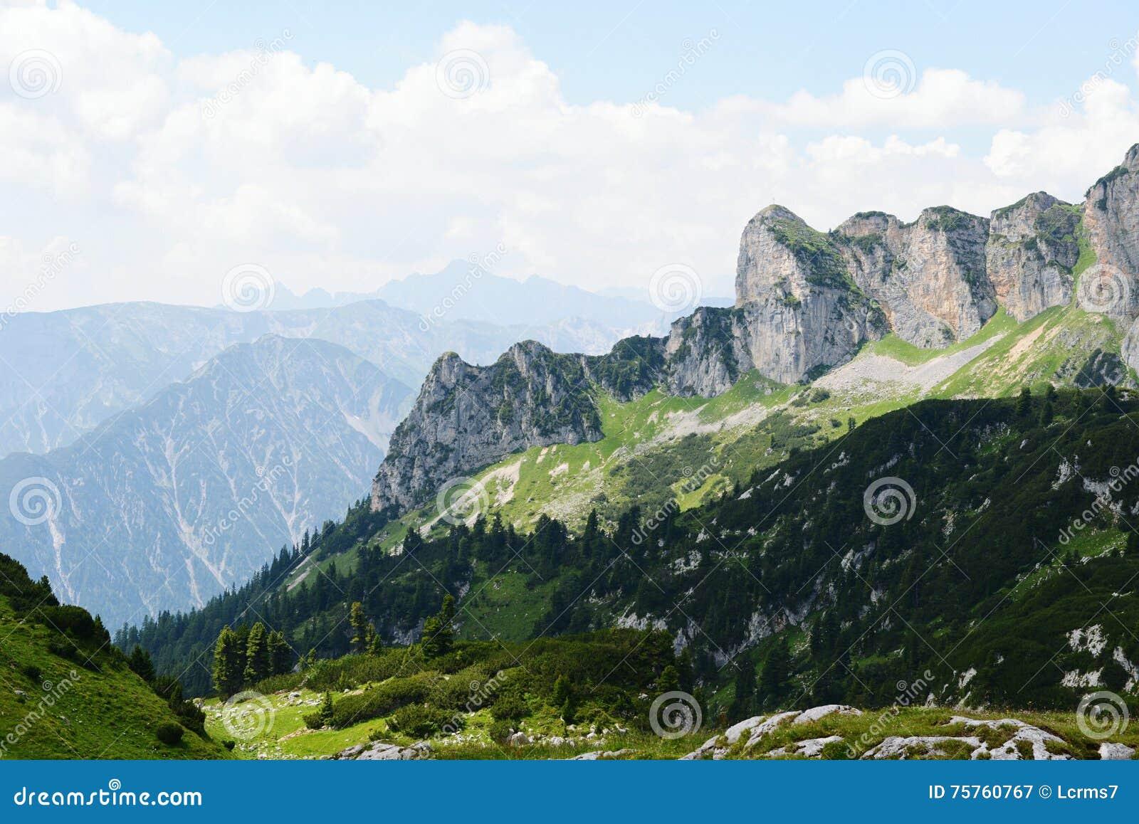 Caminhar no aeria da montanha de Rofan em Tirol (Áustria)