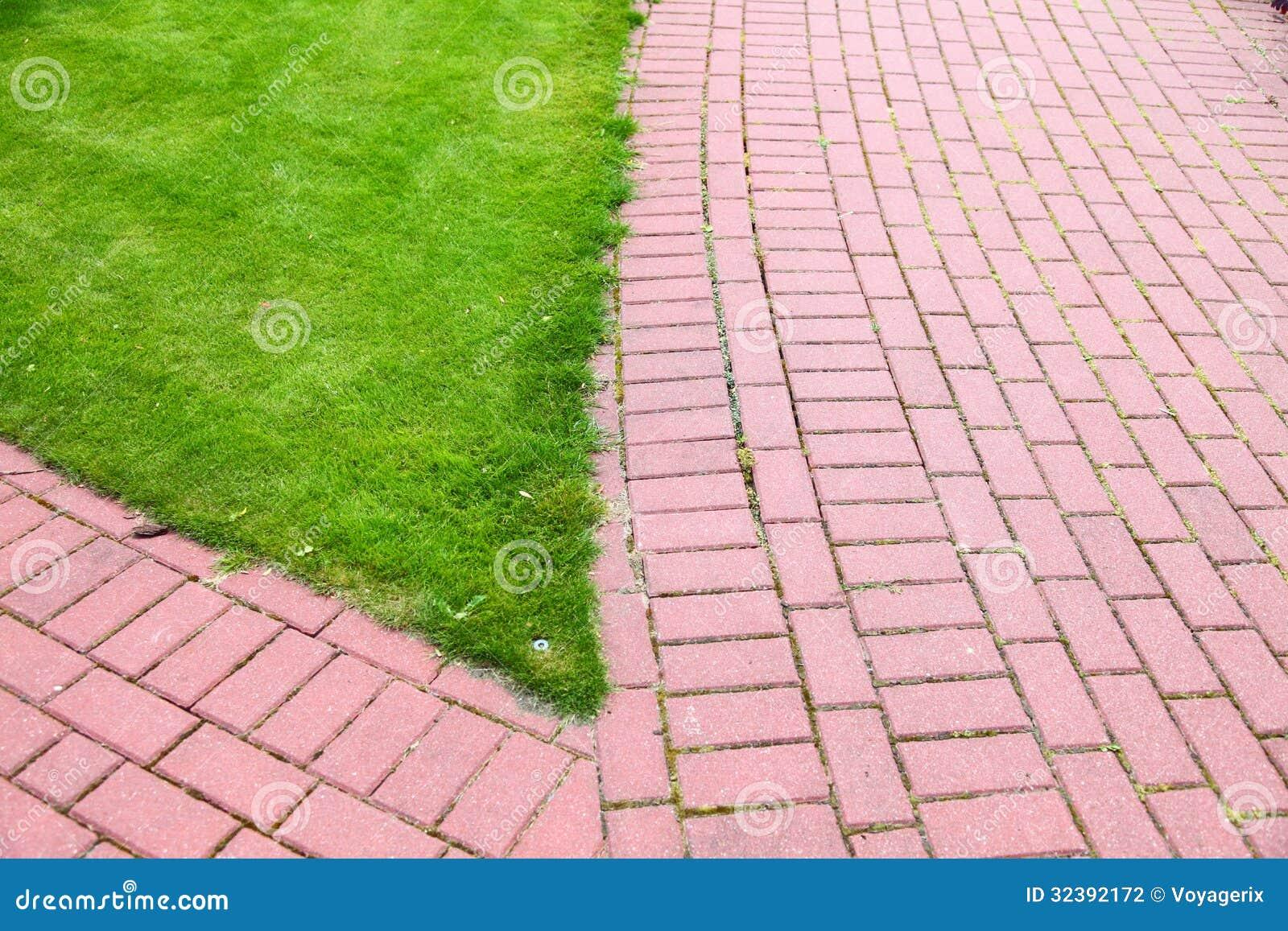 pedra jardim caminho:Trajeto de pedra do jardim com a grama que cresce acima entre e em