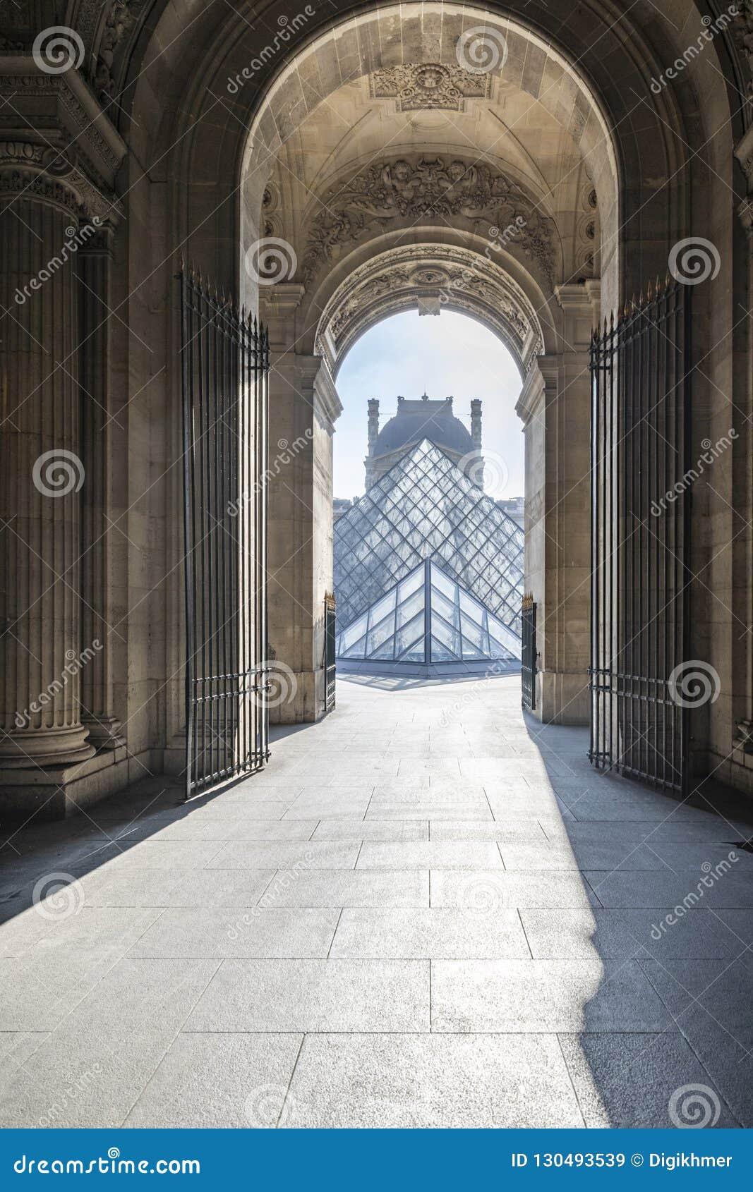 Caminho vazio do museu do Louvre