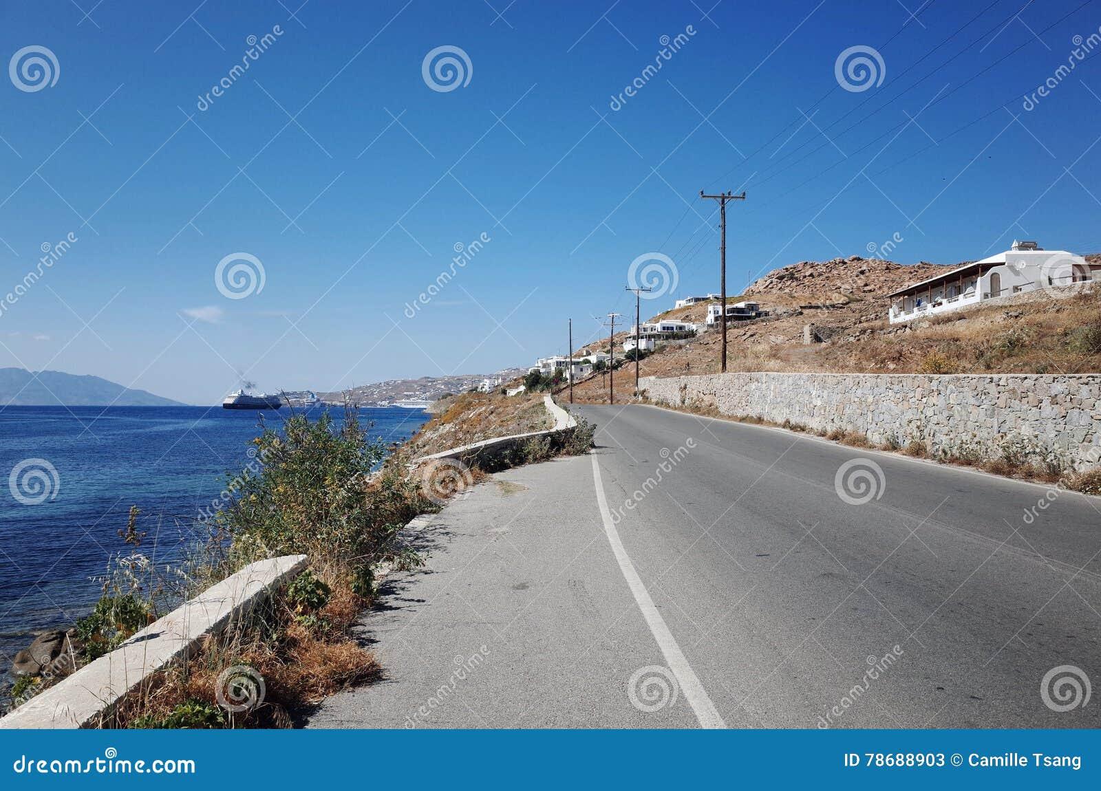 Camino adyacente al mar