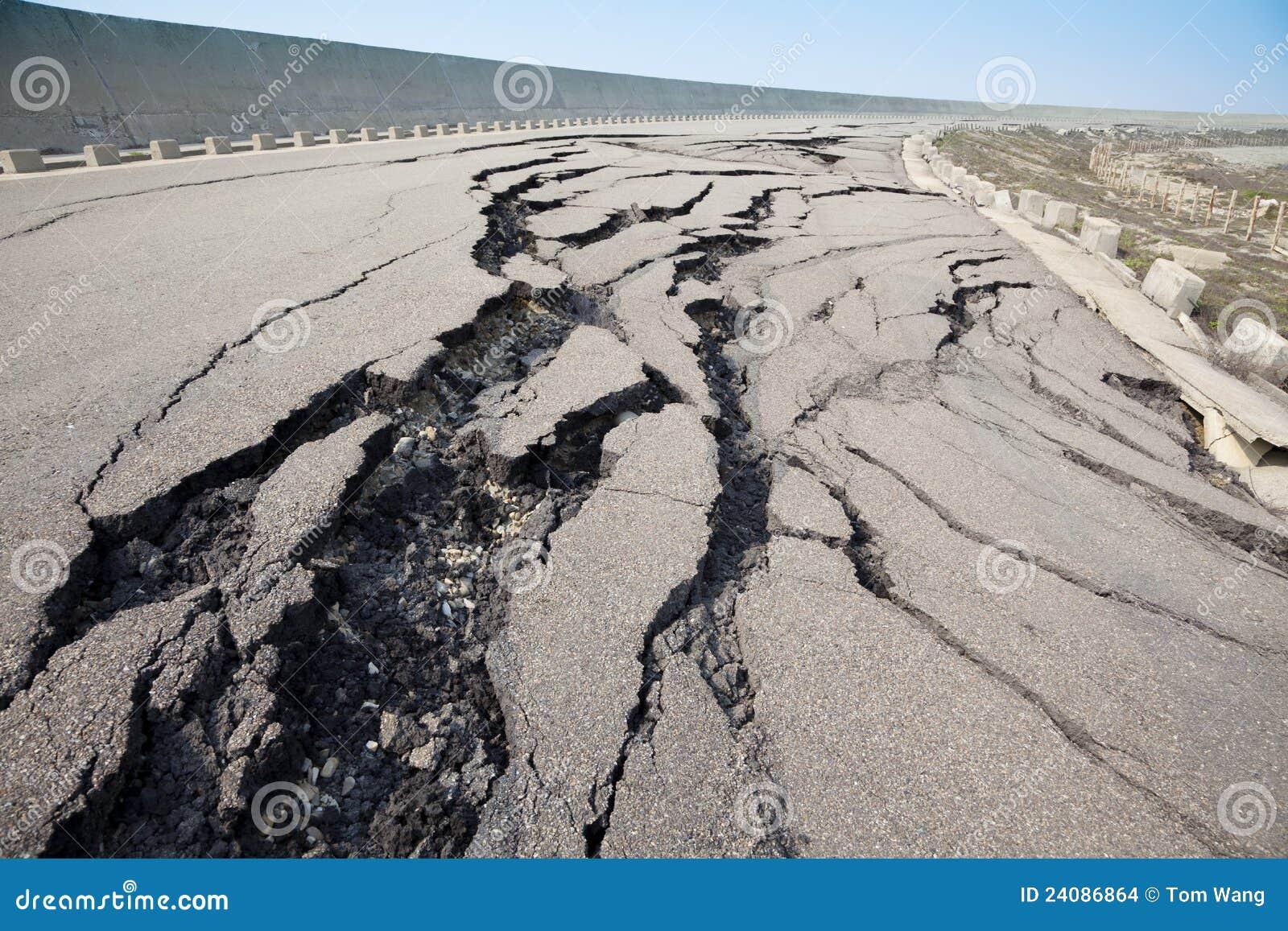 Camino agrietado después del terremoto