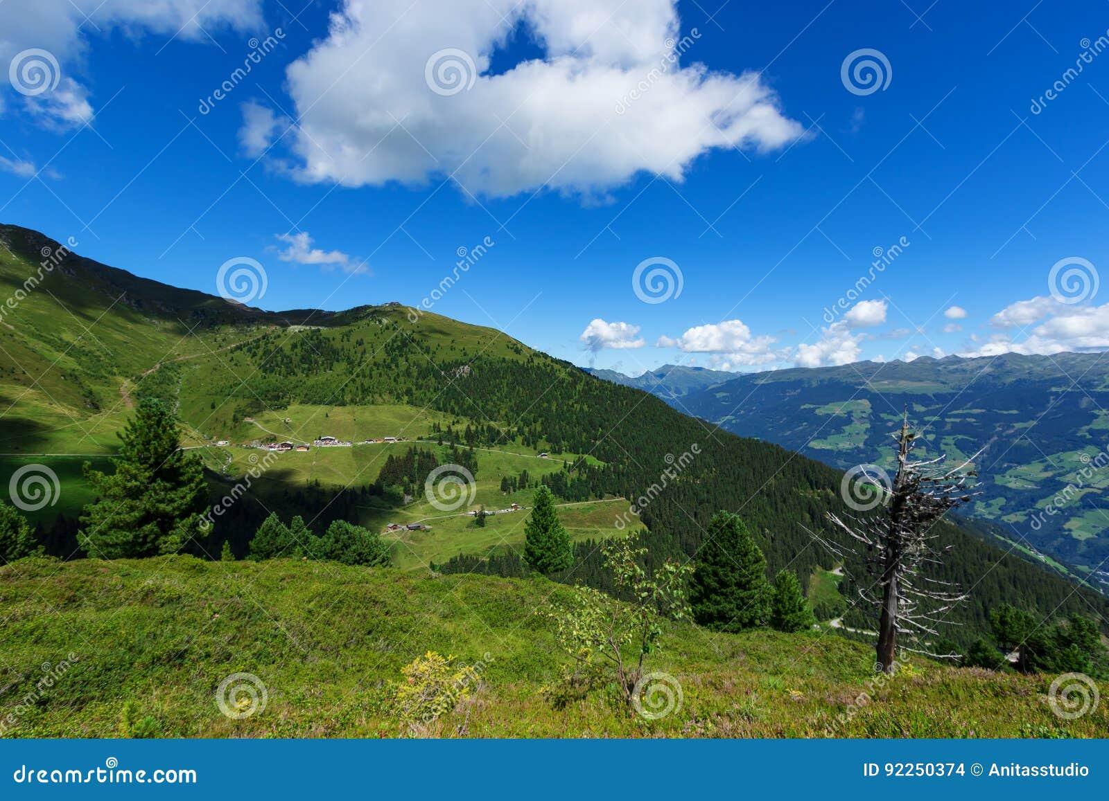 Camino alpino de Zillertal de las montañas de la visión alto, Austria, el Tirol, Zillertal
