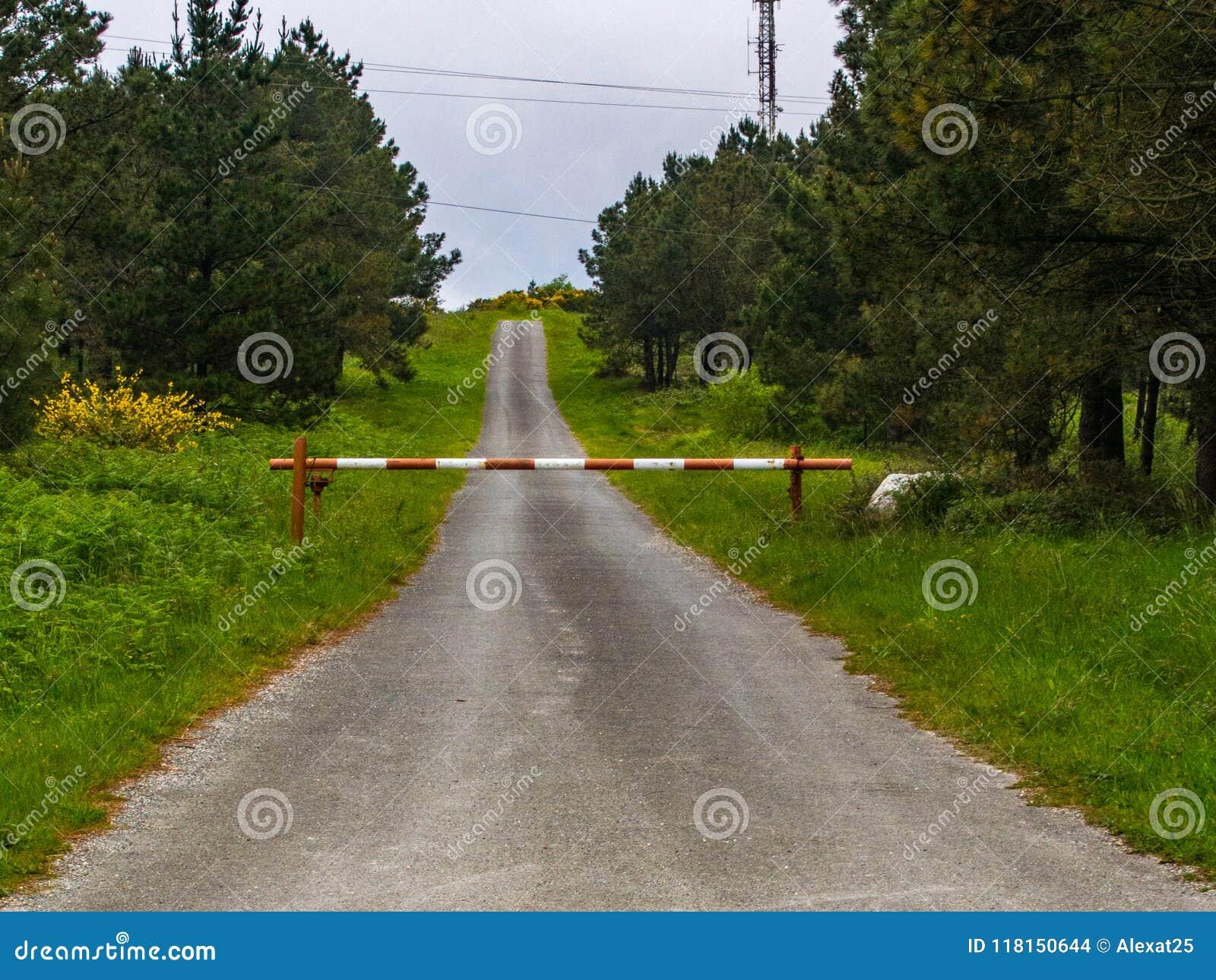 Camino cerrado por la barrera