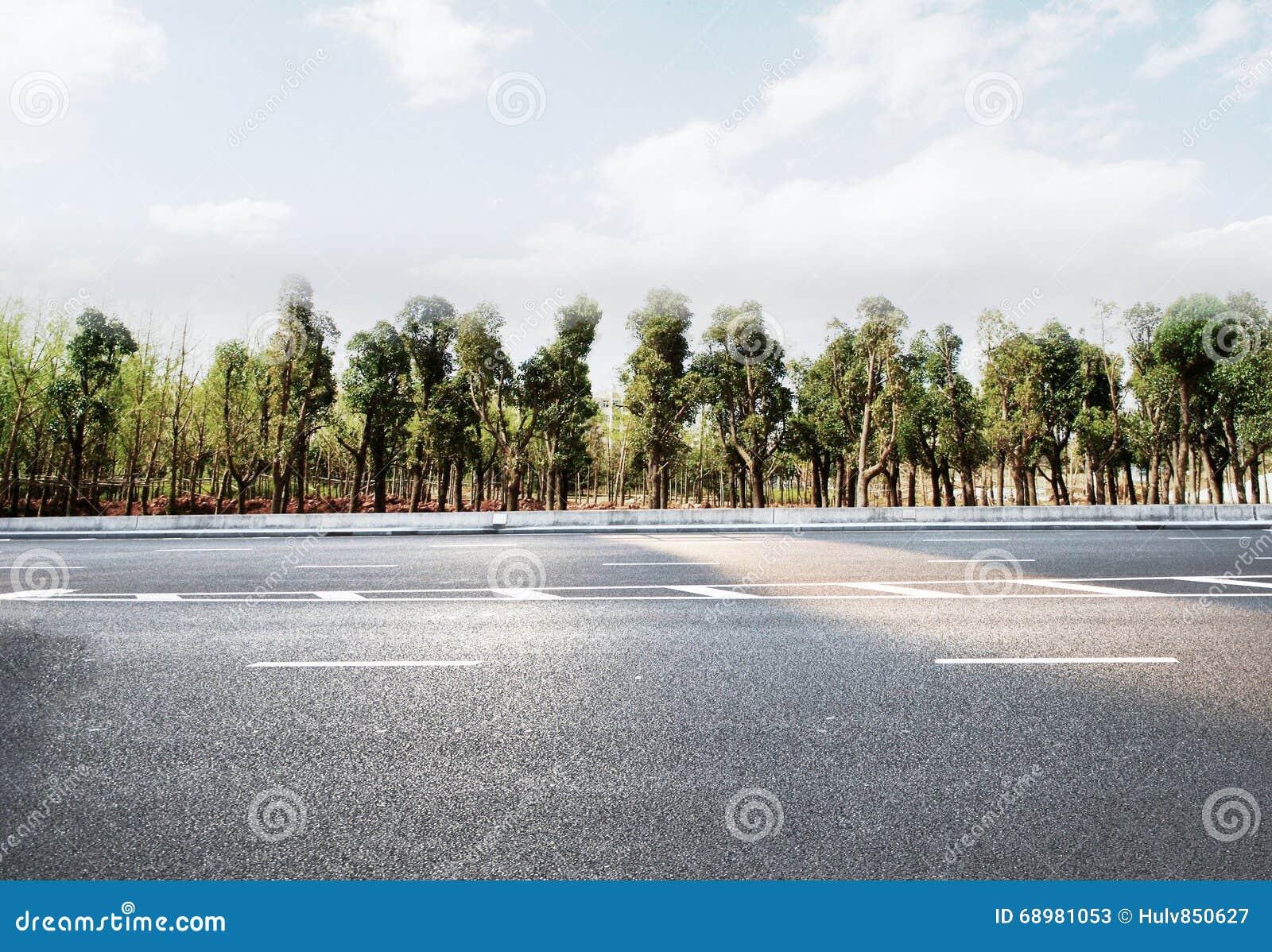 Camino de la autopista sin peaje o de la carretera