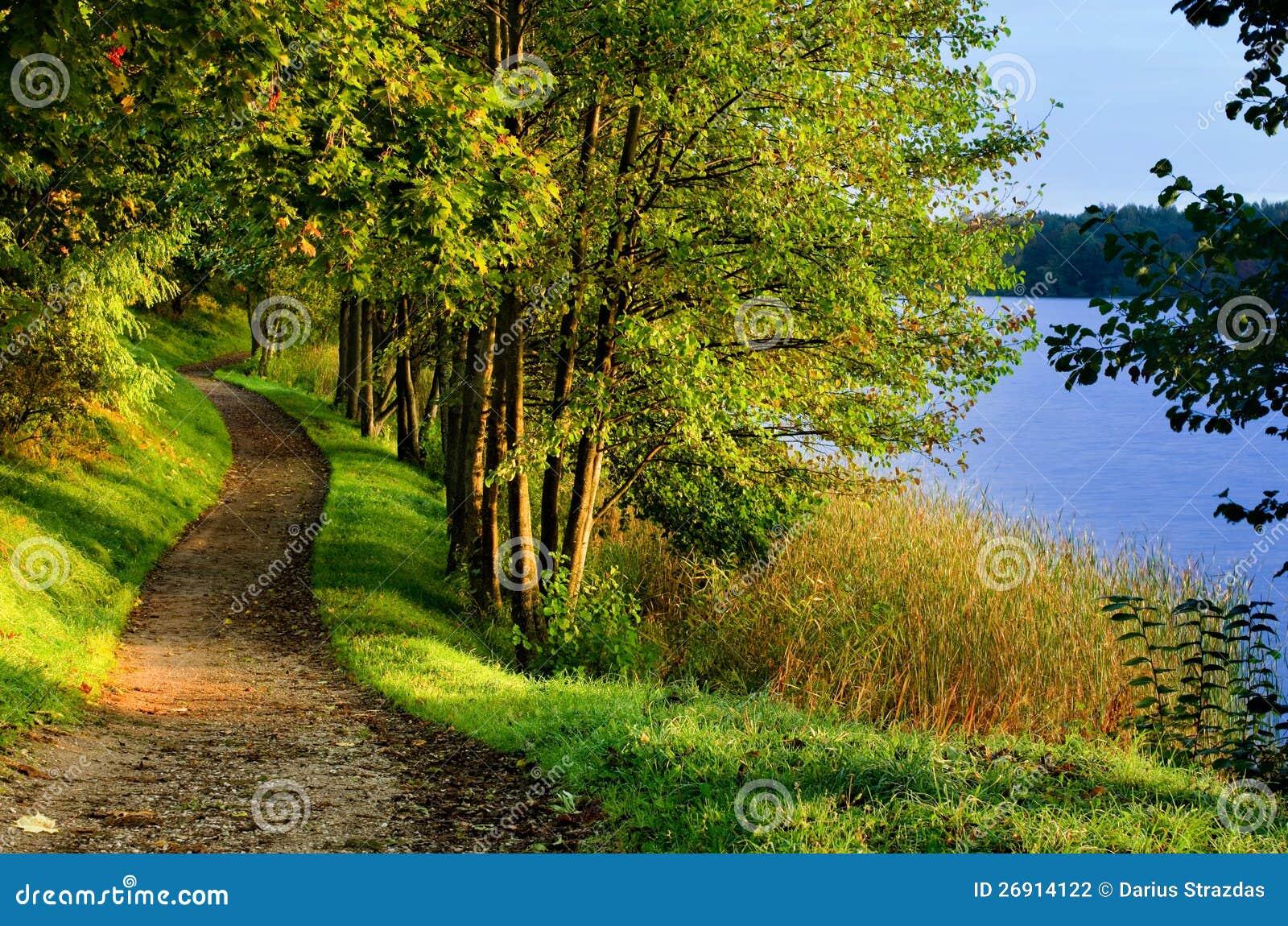 Camino de la caída por el lago