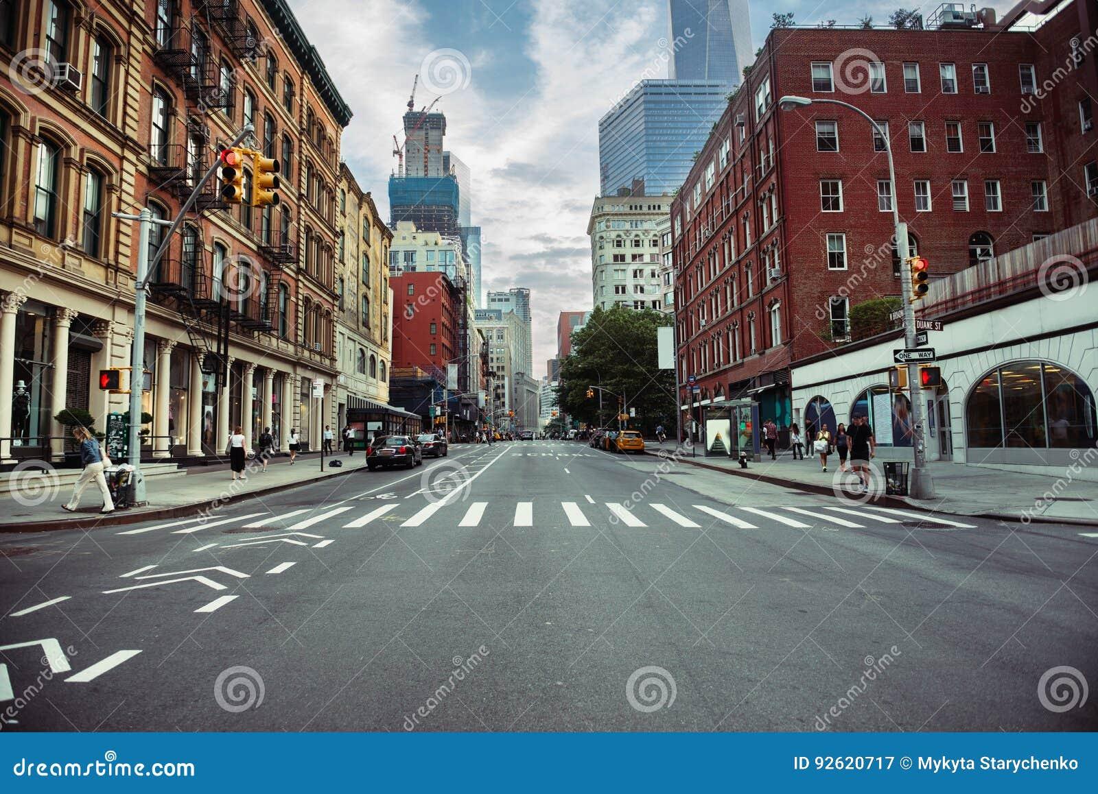 Camino de la calle de New York City en Manhattan en el tiempo de verano Fondo grande urbano del concepto de la vida de ciudad